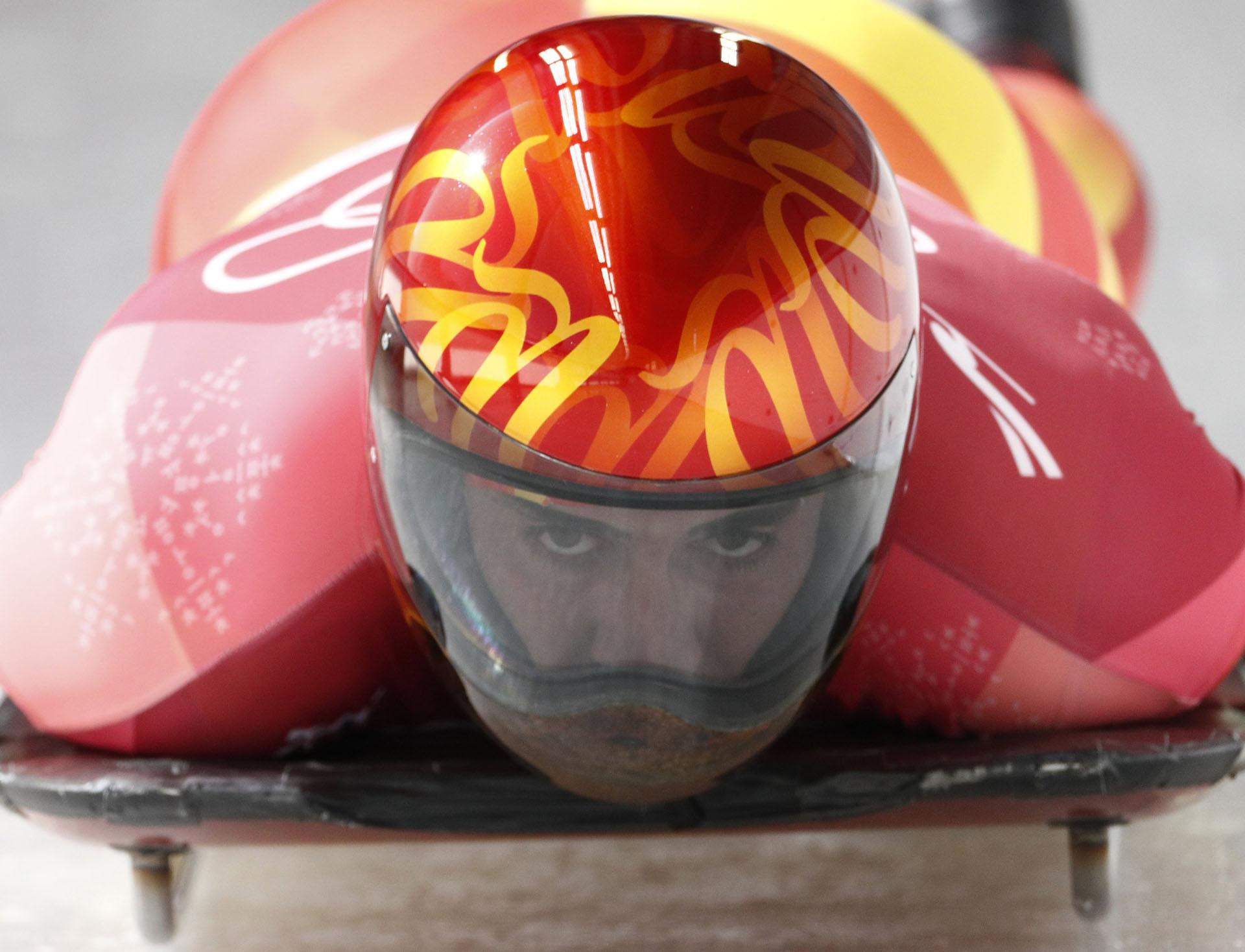 Los colores de la bandera de España en el casco de Ander Mirambelln