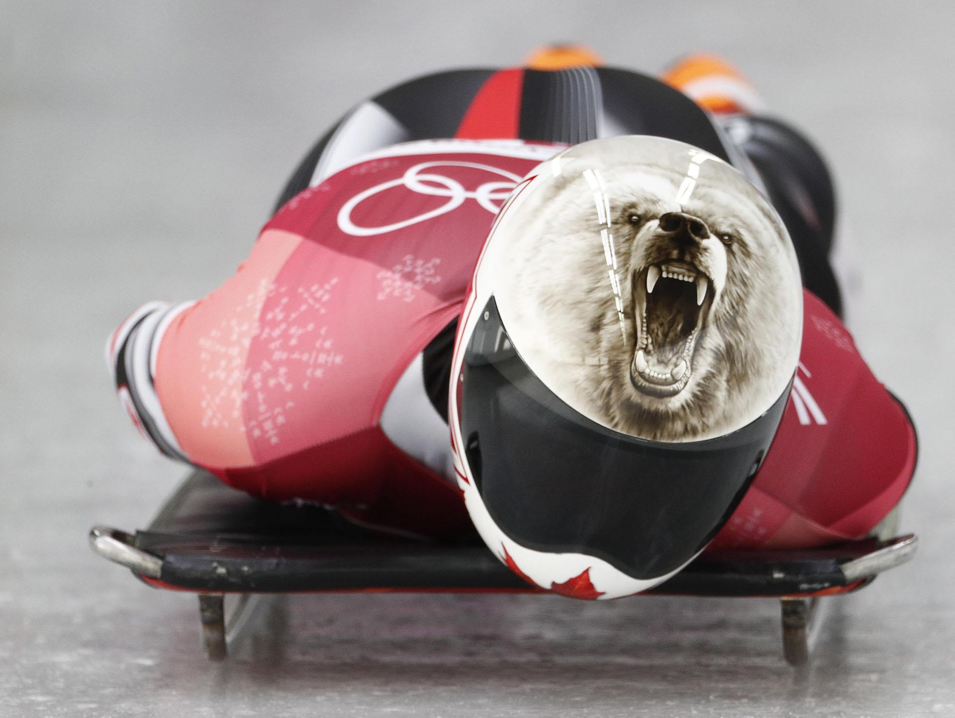 Un oso gruñe desde el casco del canadiense Barrett Martineau