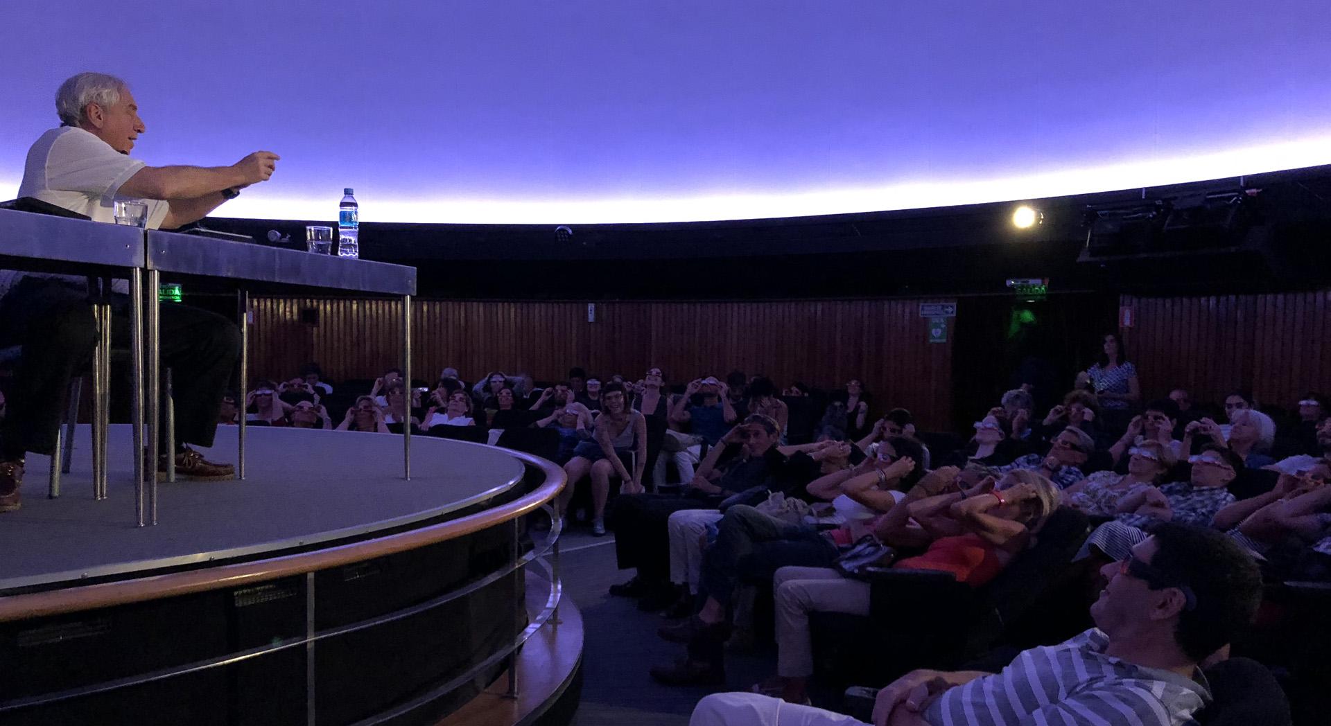El científico pidió a los asistentes en el Planetario colocarse los anteojos protectores que deben ser usados hoy en la observación solar