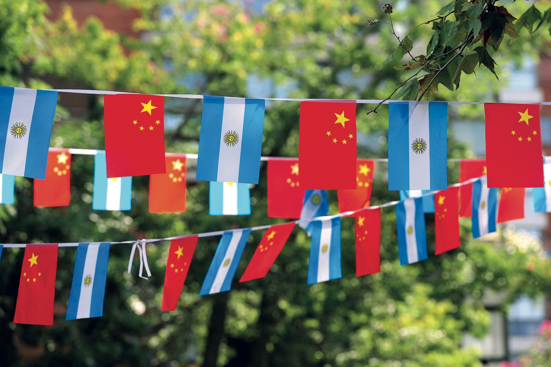 Para decorar el predio se usaron banderas de ambos países. (Fotos: Fabián Mattiazzi y Télam)