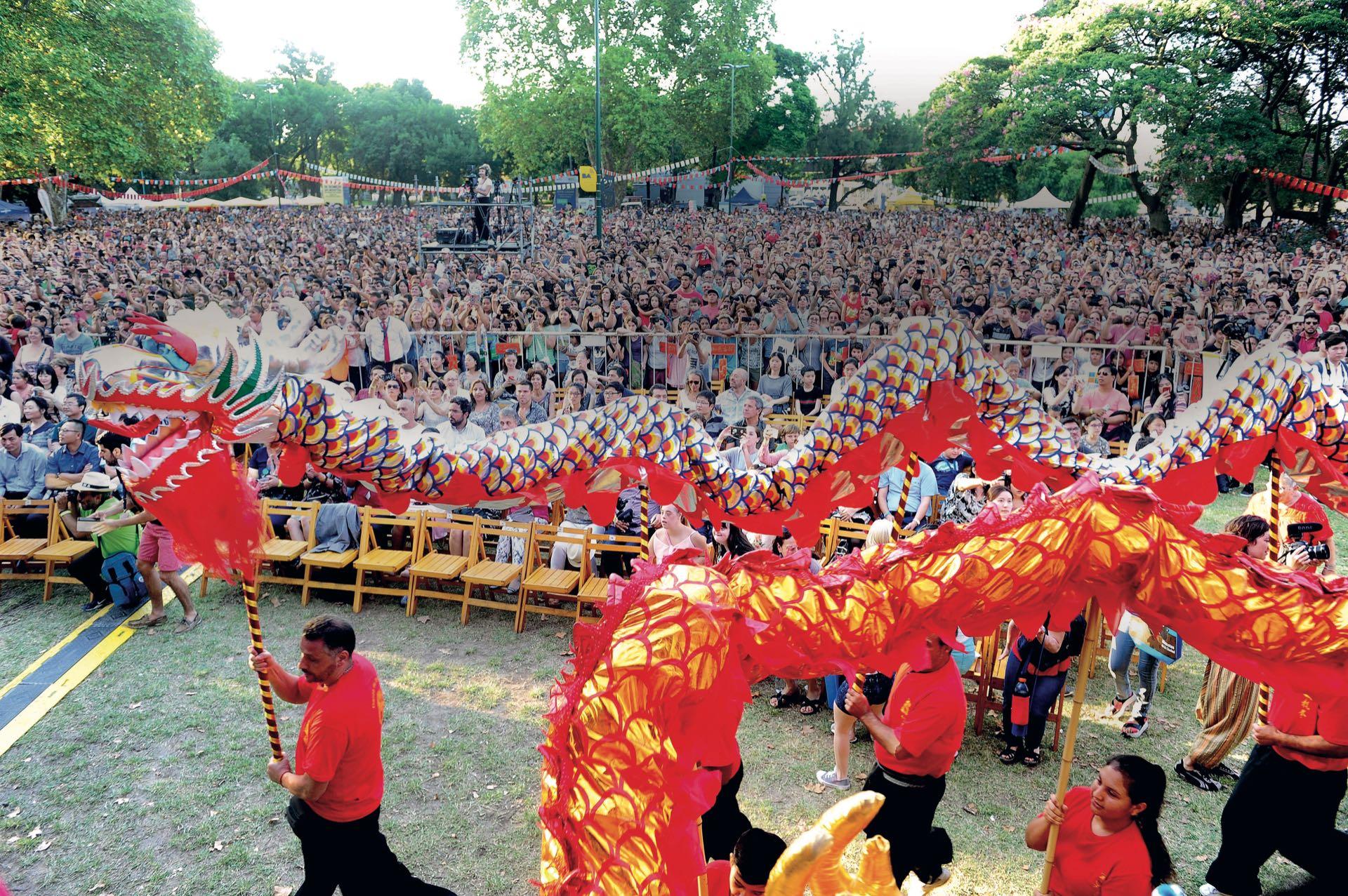 Sostenido por un grupo de diez alumnos de la escuela Lung Chuan-Choy Lee Fut, el Dragón (considerado el animal de la suerte) bailó en la plaza Parques Nacionales Argentinos. (Fotos: Fabián Mattiazzi y Télam.)