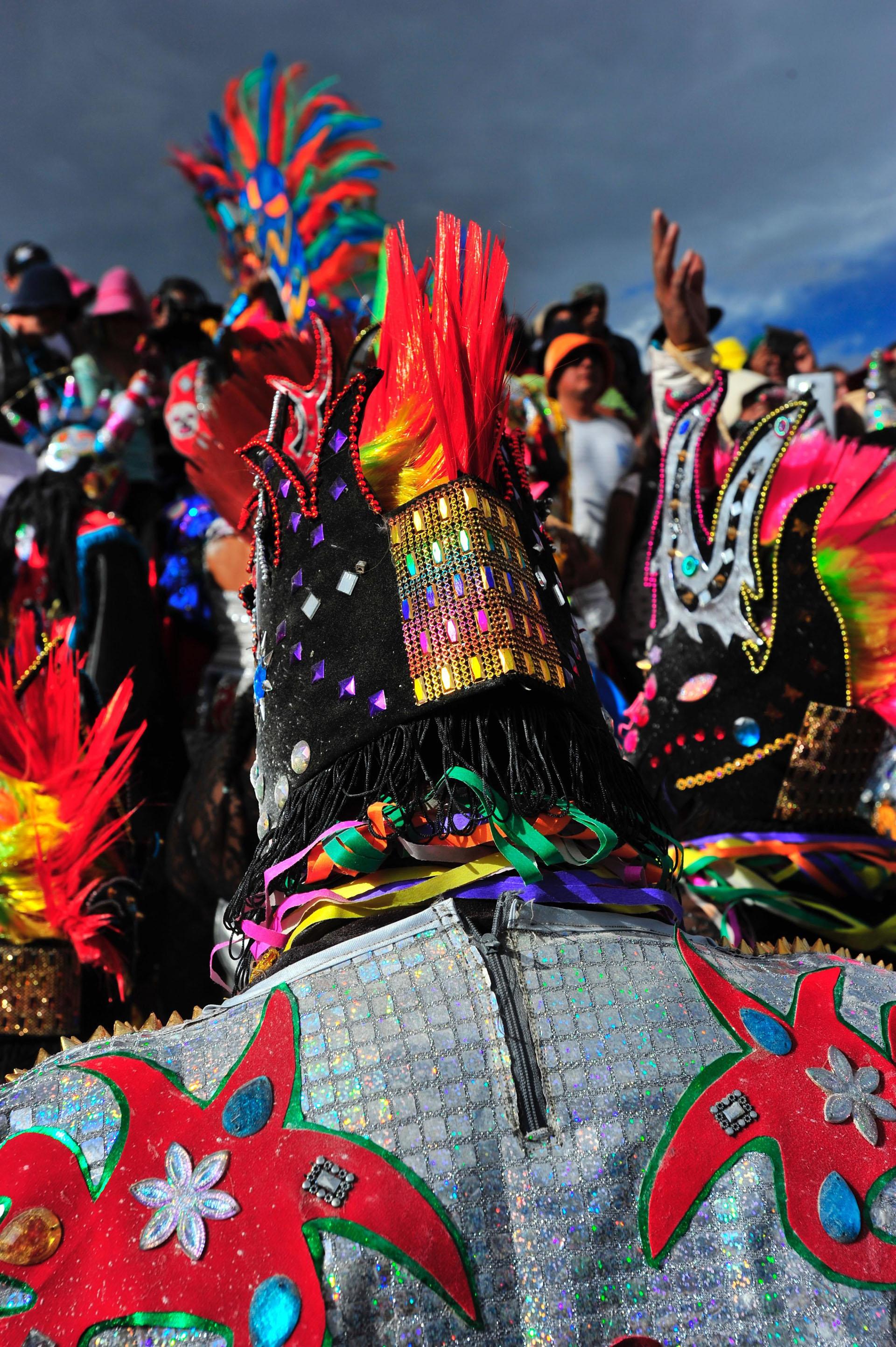 En Uquía, los diablos emergen de la tierra y van bajando desde el Cerro Blanco con sus coloridos disfraces para hacer de las suyas durante los días de carnaval