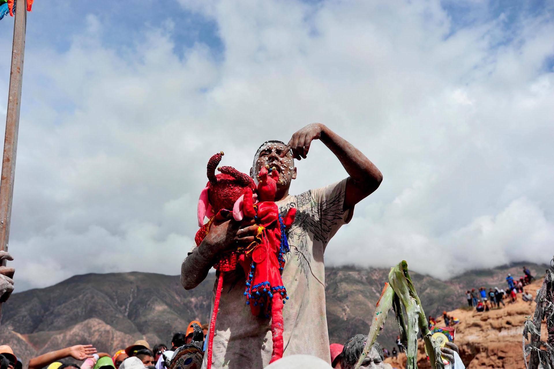 Los trajes utilizados para el carnaval tienen una confección detallista y son elaborados por los lugareños durante todo el año