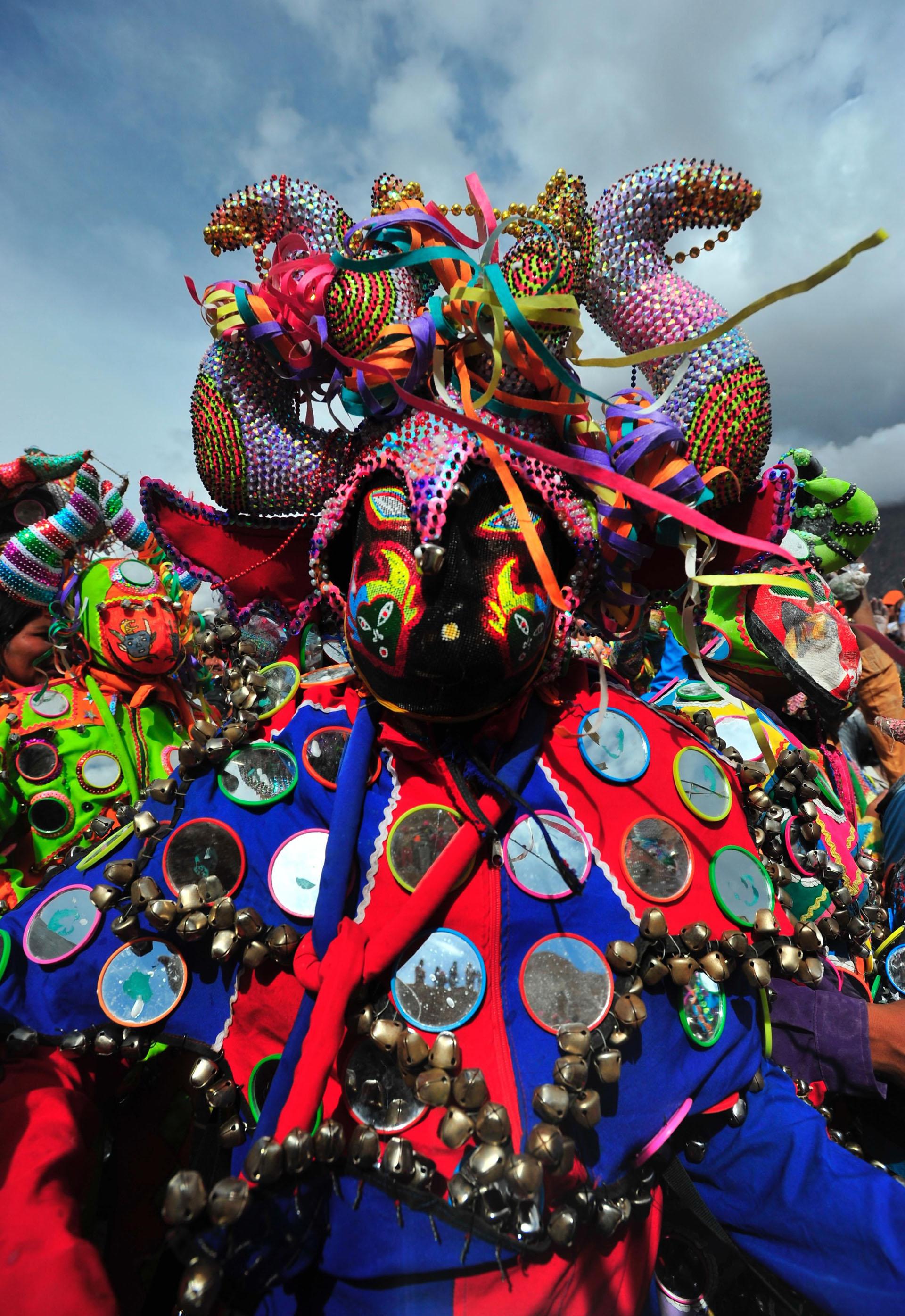 El festejo termina el Domingo de Tentación, cuando el diablo vuelve a ser enterrado en en un hoyo que representa la boca de la Pachamama, junto a ofrendas de cigarrillos, coca, serpentinas y chicha
