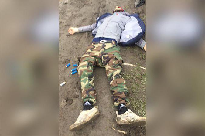 El presunto tirador, tras ser abatido por la policía