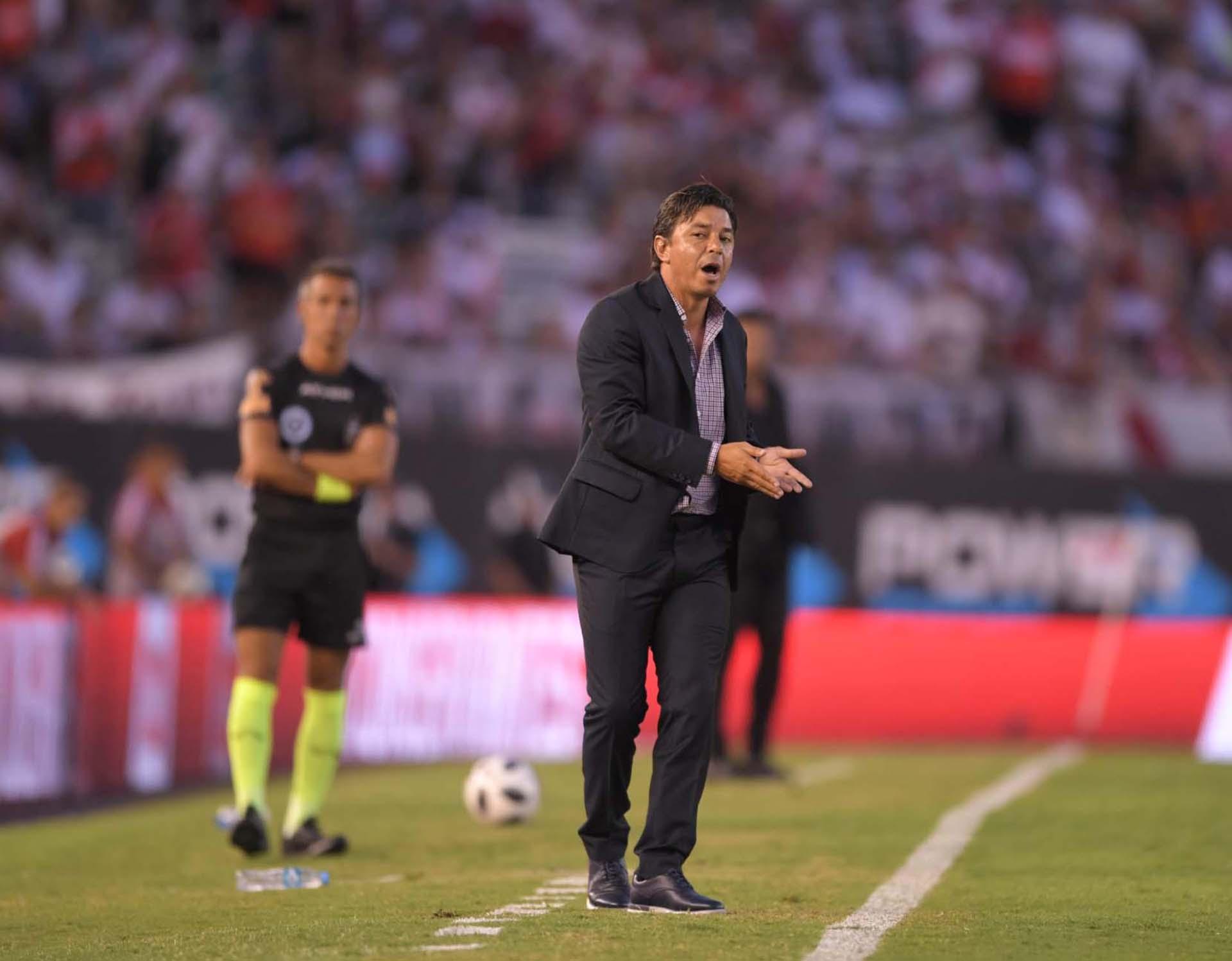 Marcelo Gallardo da indicaciones a sus jugadores (Foto: Télam)