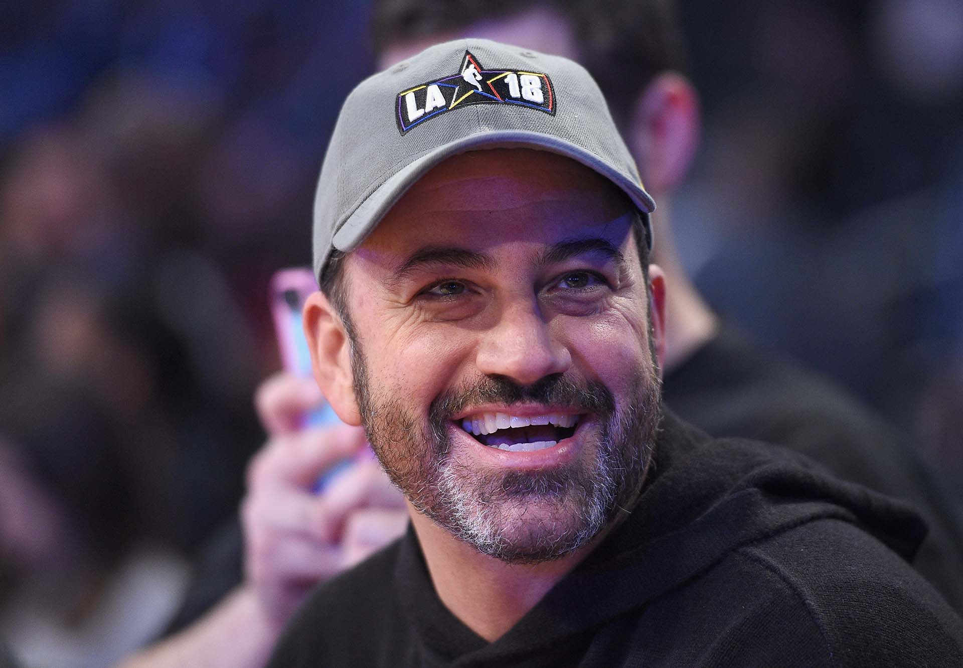 El presentador Jimmy Kimmel sonríe antes del inicio del NBA All-Star Game 2018