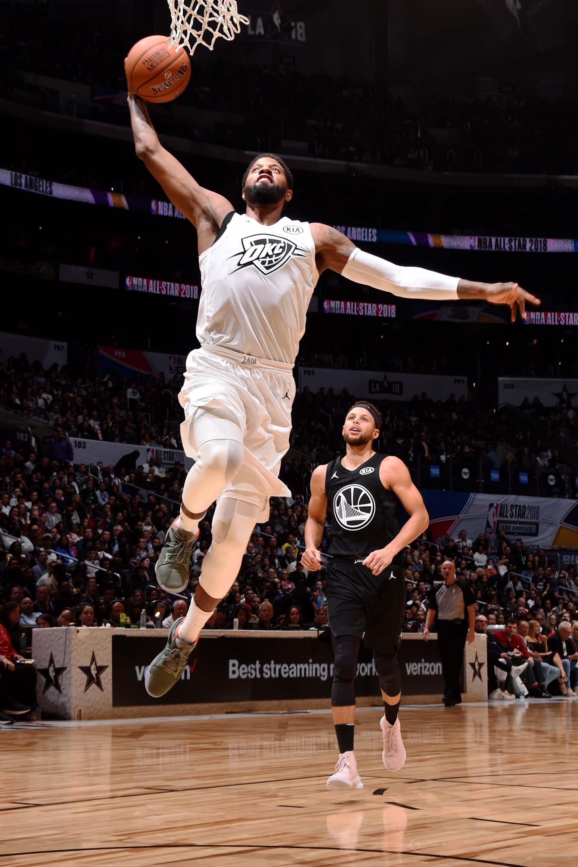 Paul George levita para encestar otro punto para el equipo de LeBron James