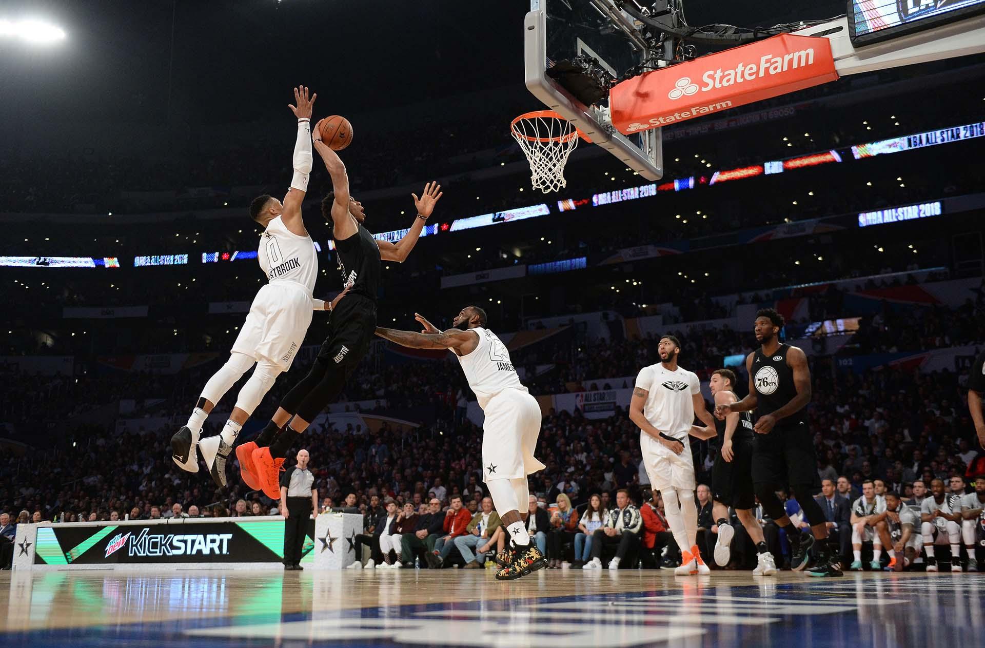 Giannis Antetokounmpo busca el aro ante las marcas de Russell Westbrooky LeBron James