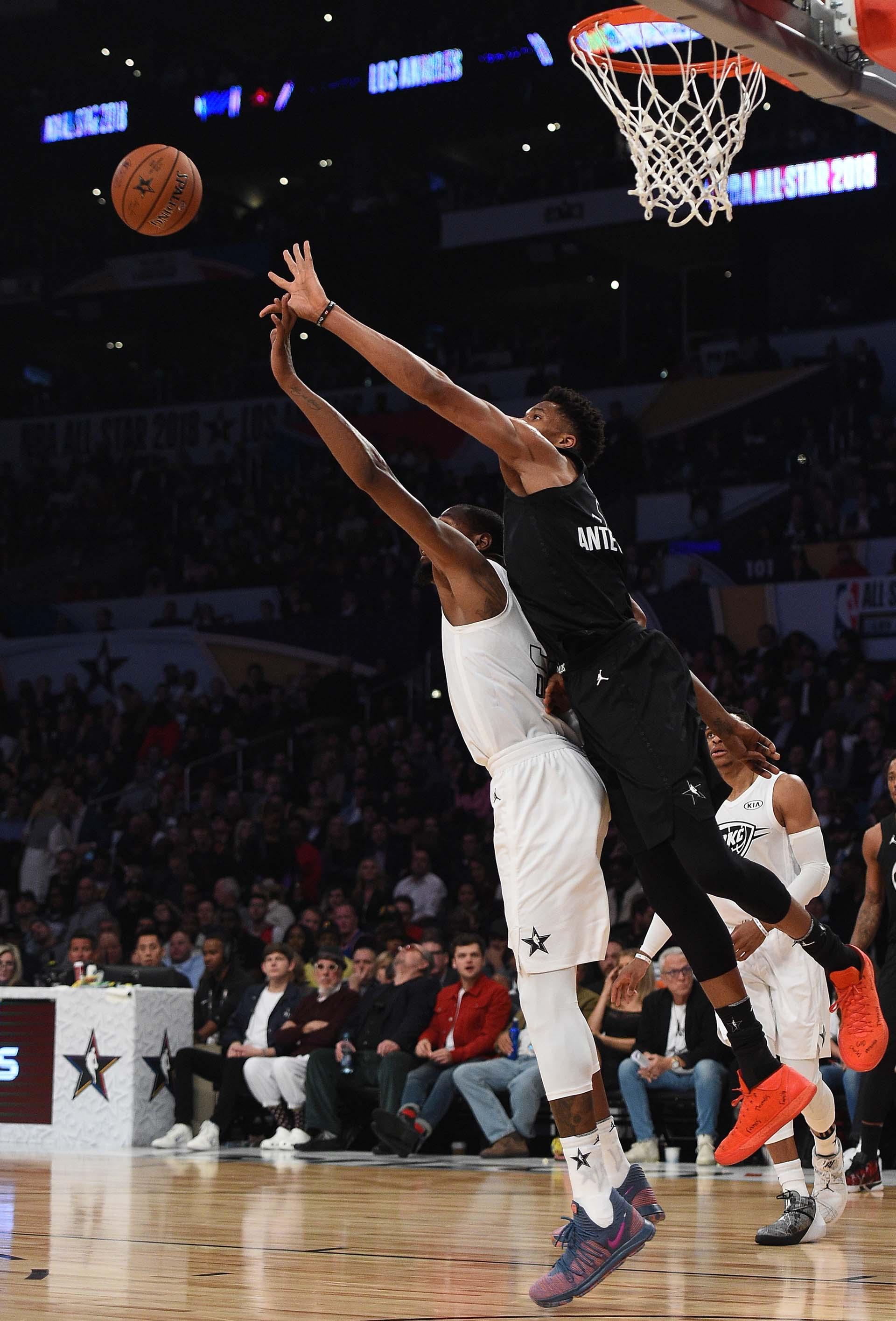 Giannis Antetokounmpo disputa el balón con Kevin Durant