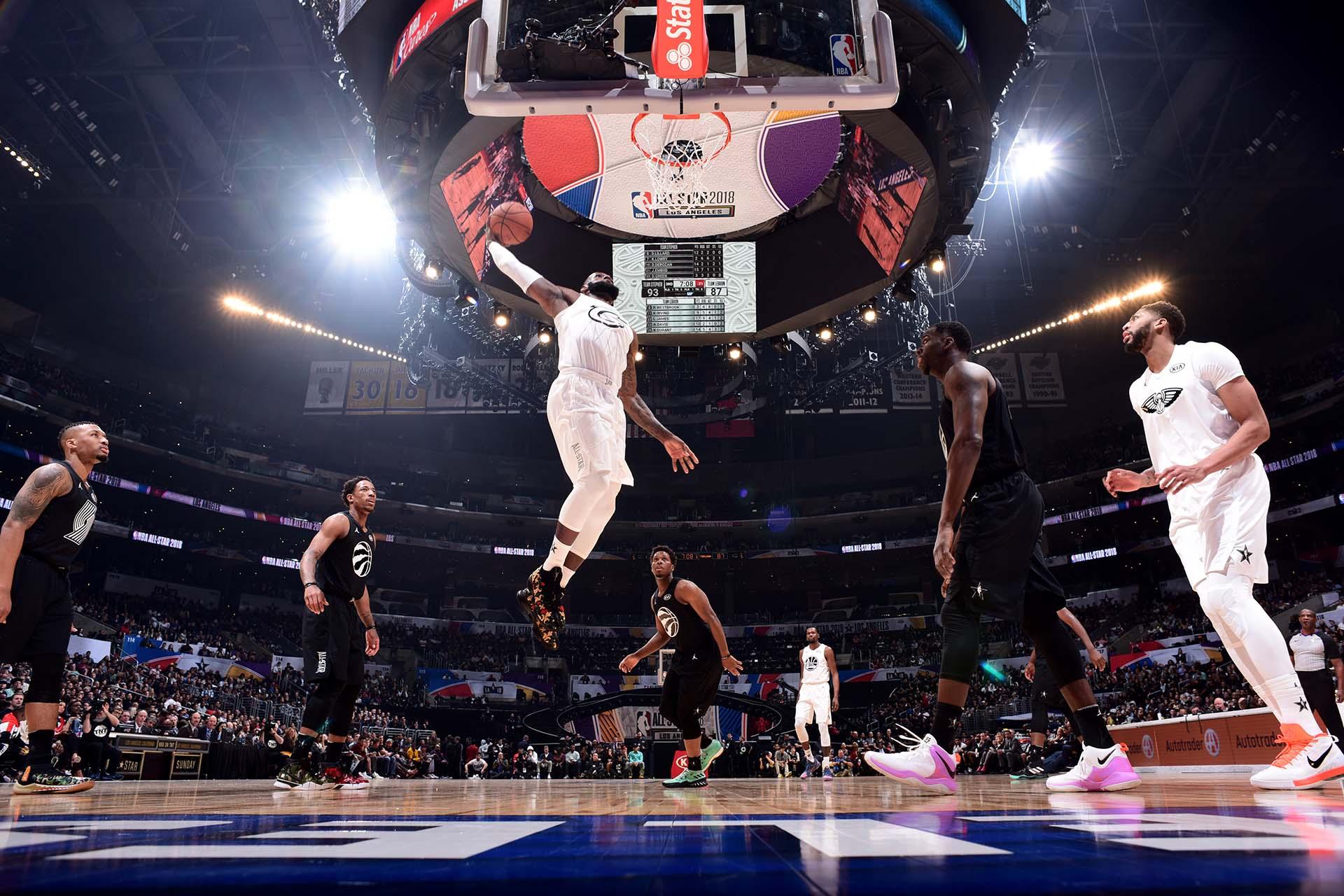 LeBron James dando cátedra de su juego en Los Ángeles