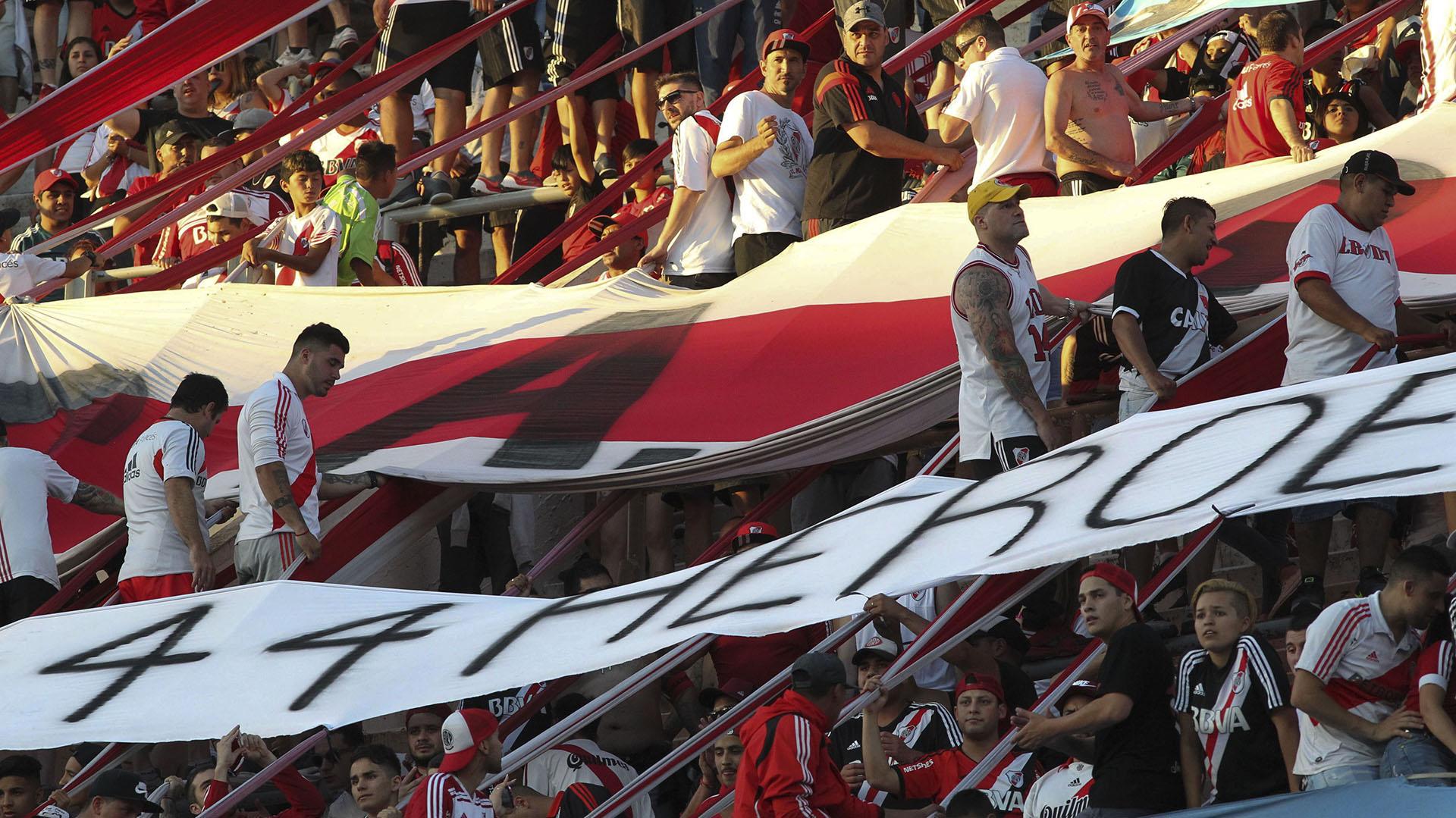 Guillermo Madero y Claudio Avruj se mostraron en contra de detener los partidos si insultan a Mauricio Macri (NA)