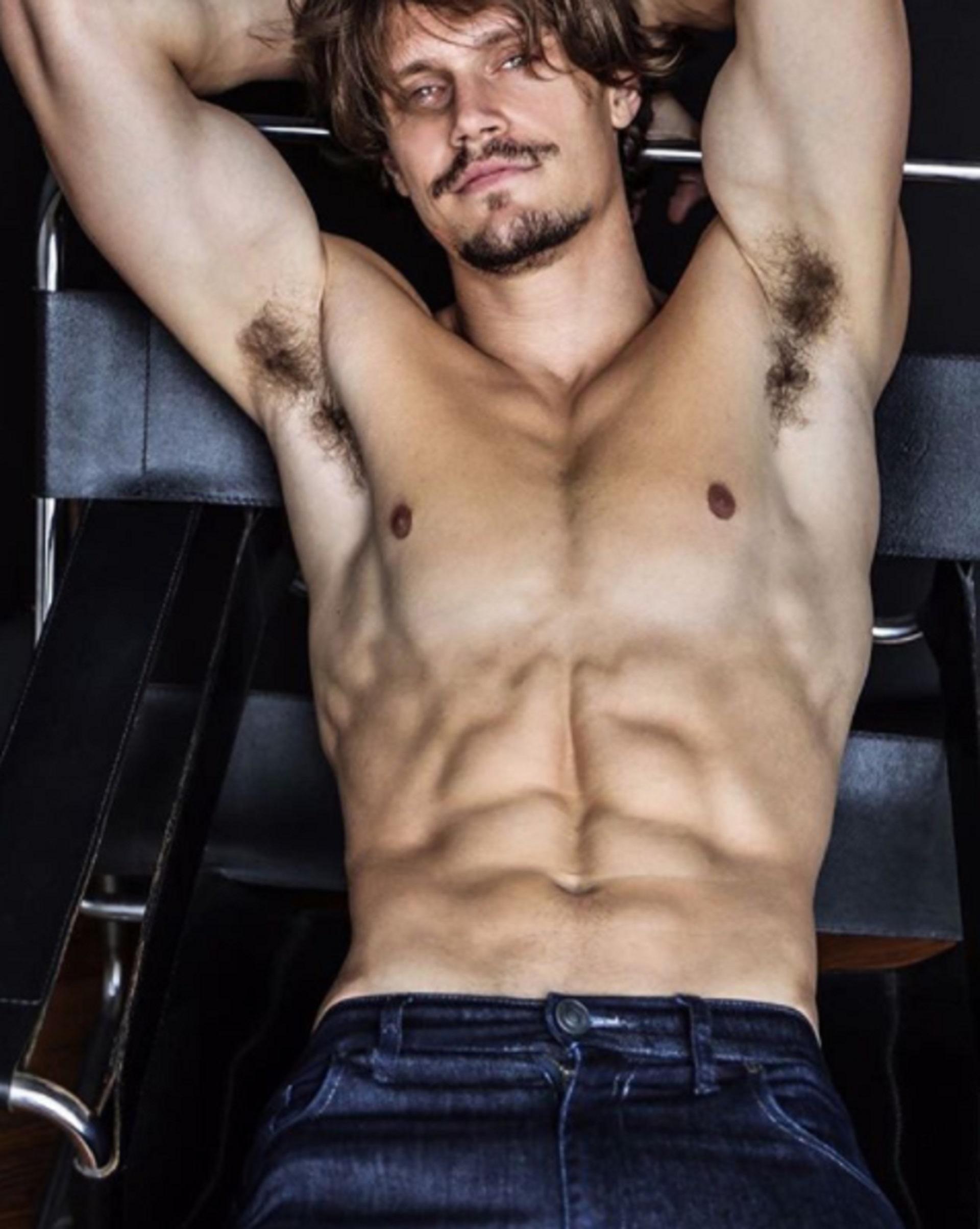 """Leo D'Alleva, el modelo que protagonizó el videoclip """"Que regreses tú"""" con Jimena Barón"""