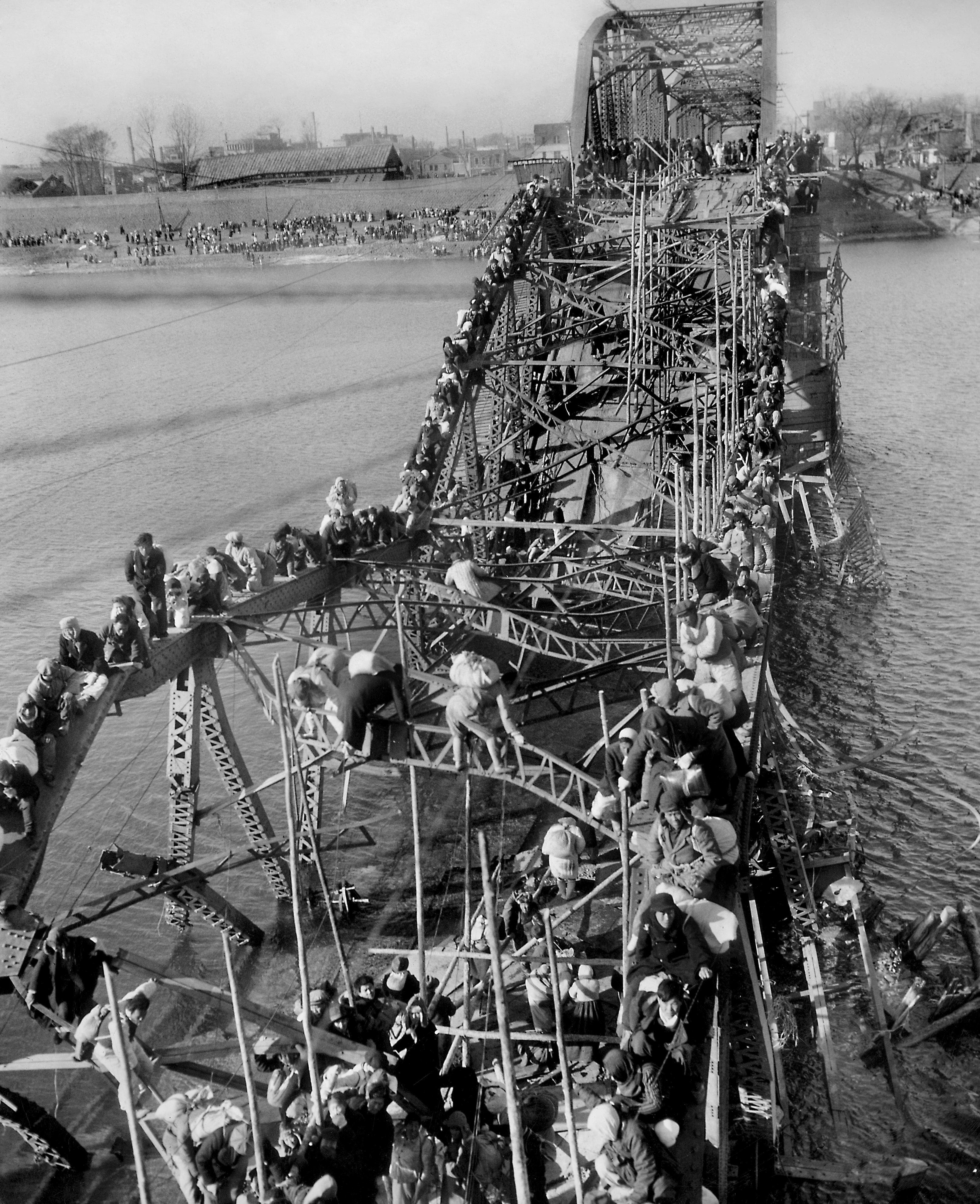 La célebre foto gracias a la cual Max Desfor ganó el premio Pulitzer en 1951. Tomada el 4 de diciembre de 1950, muestra un puente destruido por los bombardeos en el río Teadong, con cientos de personas que huían de Pyongyang y otras ciudadesante el avance de las fuerzas comunistas (AP Foto/Max Desfor)