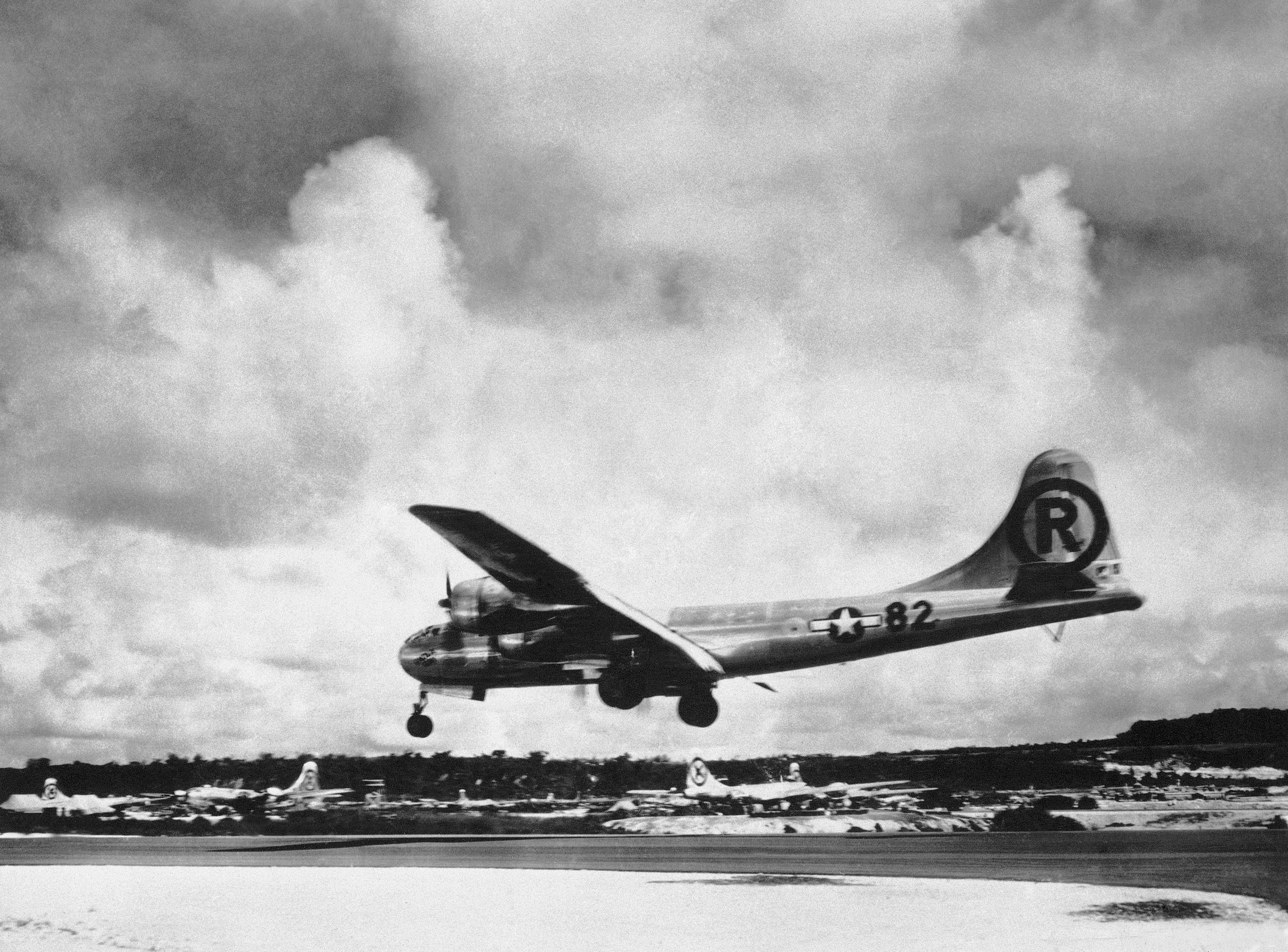 """Foto del 6 de agosto de 1945: el """"Enola Gay"""" Boeing B-29 Superfortress aterriza en Tinian, en las islas Marianas del Norte, tras lanzar la bomba atómica sobre la ciudad de Hiroshima (AP Foto/Max Desfor, archivo)"""