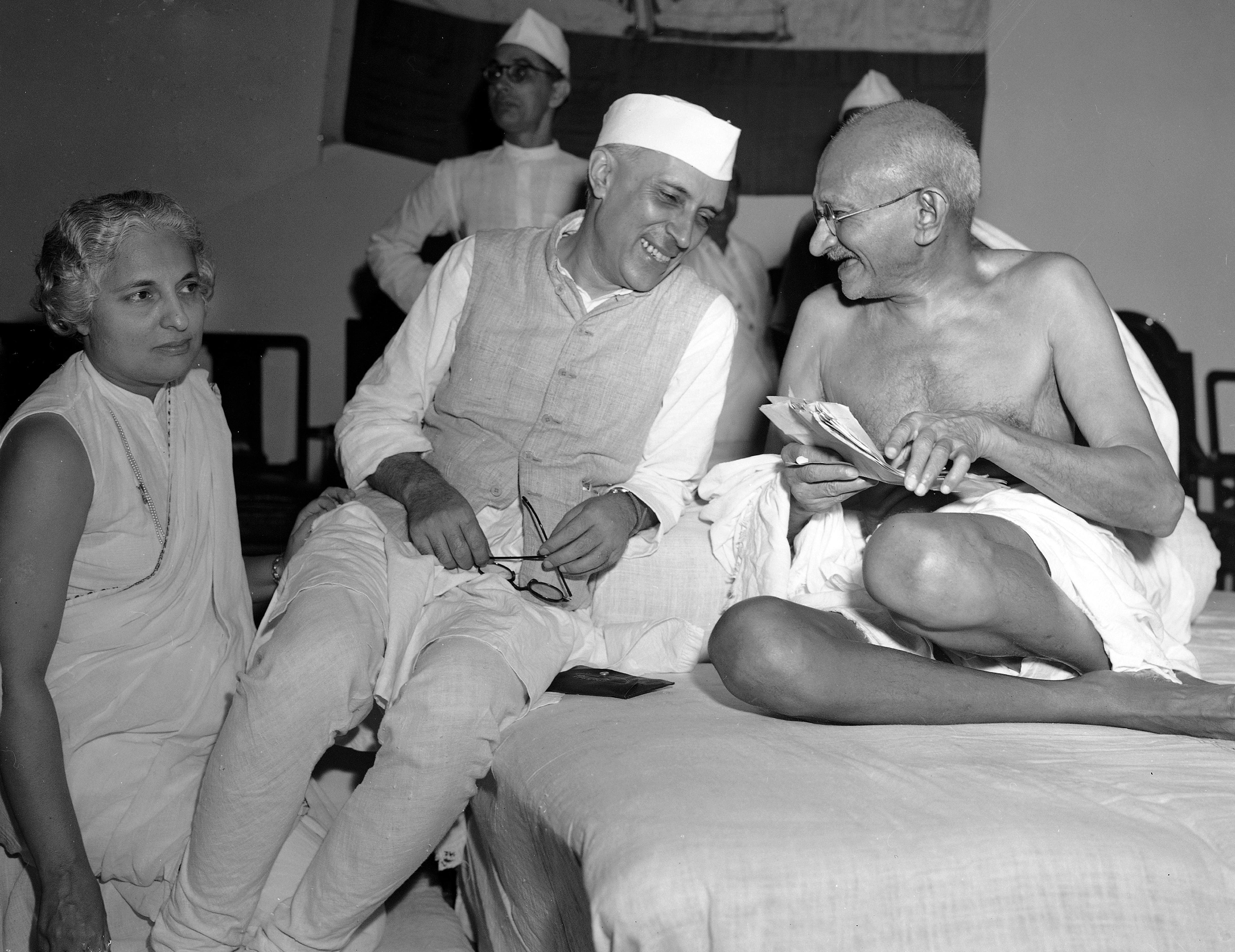 6 julio de 1946 Mohandas Gandhi, el Mahatma, junto con Jawaharlal Nehru, quien se convertiría en primer ministro, en el encuentro del comité del Congreso de Toda India en Bombay, India. (AP Foto/Max Desfor)