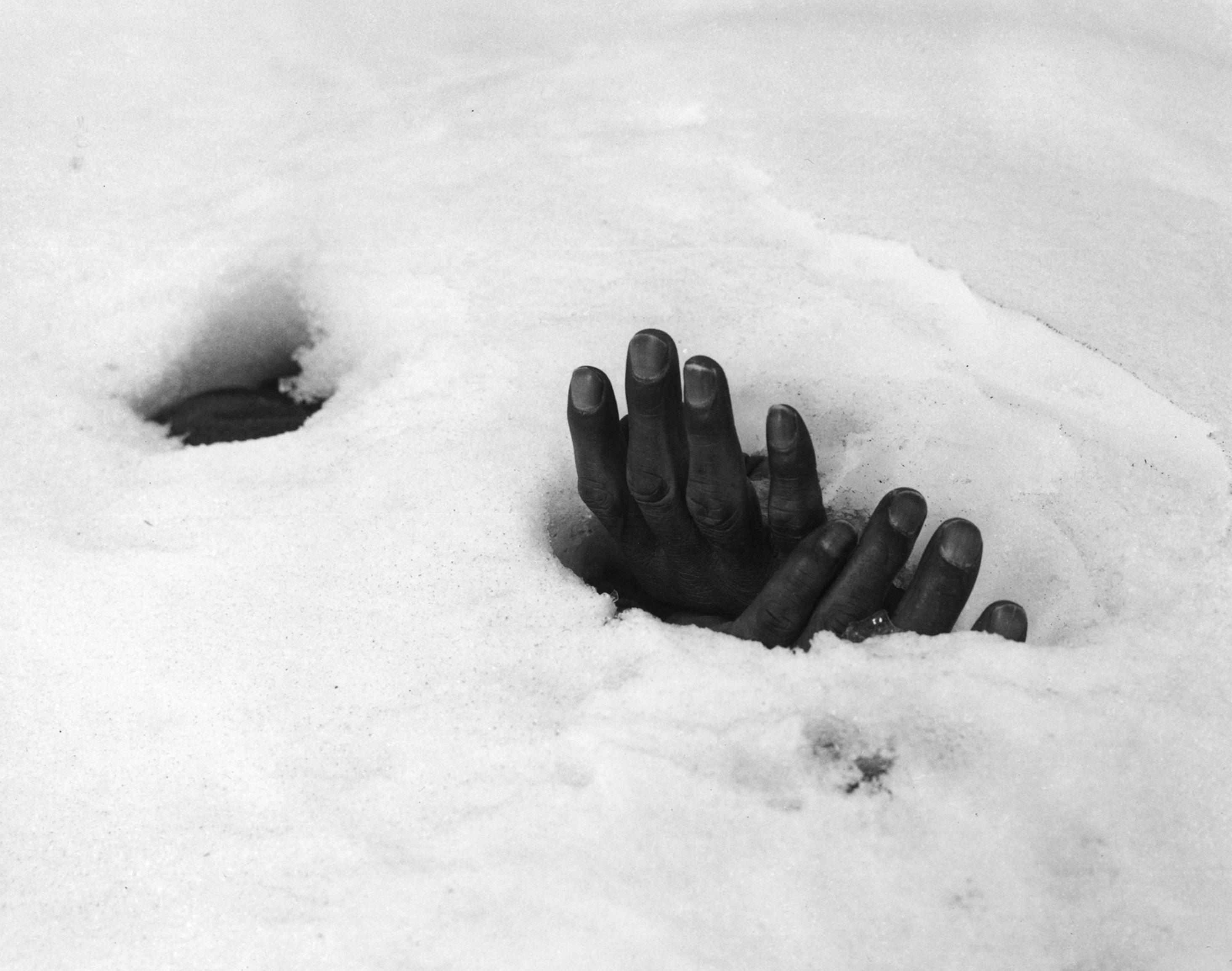 Las manos de un hombre asesinado y abandonado por el ejército norcoreano durante la retirada y cubierto de nieve en Yangji, Corea del Sur, 27 de enero de 1951 (AP Foto/Max Desfor, archivo)
