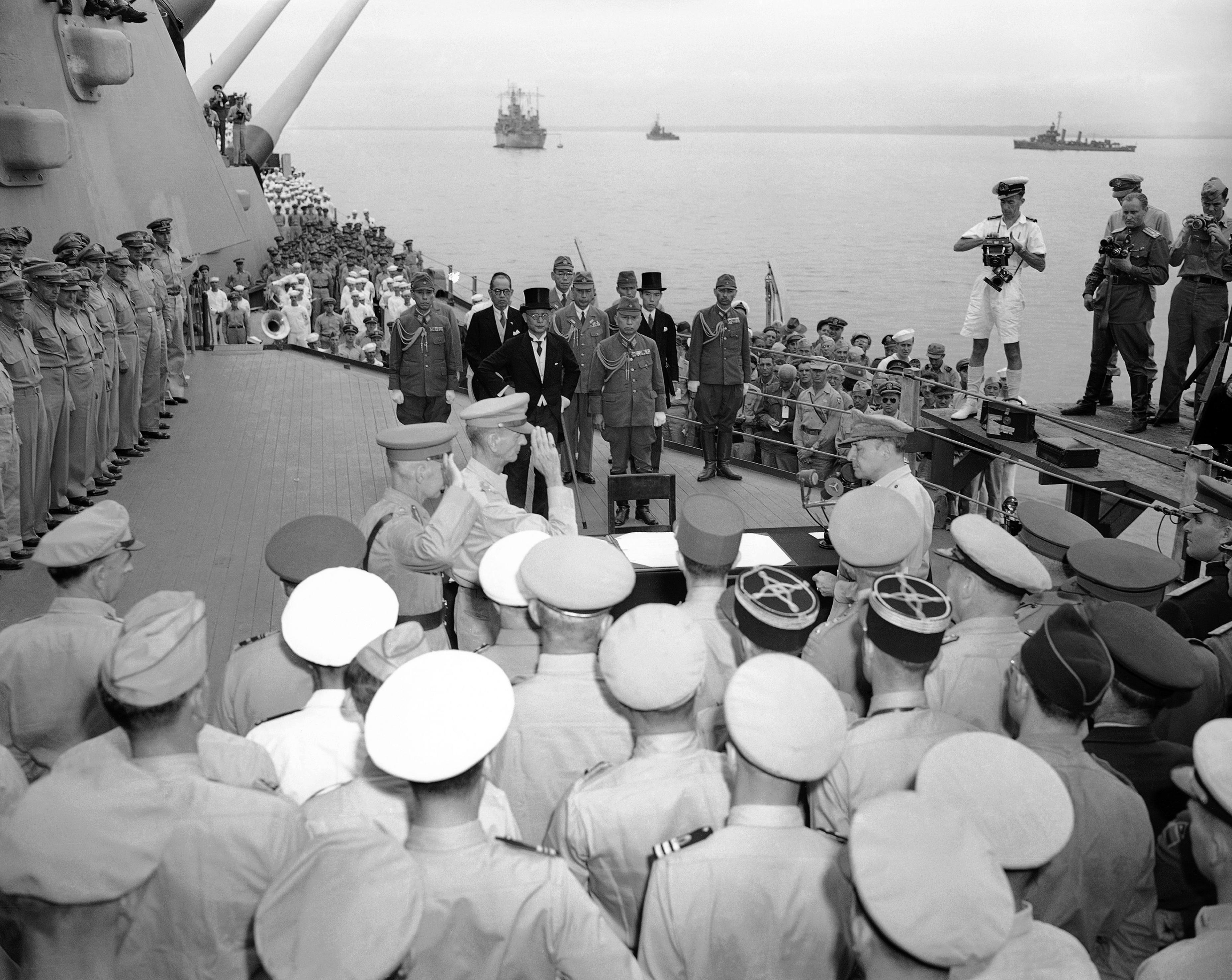 En la foto del 2 de septiembre de 1945, el Teniente General Sir Arthur Percivalyel Teniente General Jonathan M. Wainwright saludan al General Douglas MacArthur antes de la firma de los últimos documentos de la rendición de Japón a bordo de la USS Missouri en la bahía de Tokio (AP Foto/Max Desfor, archivo)