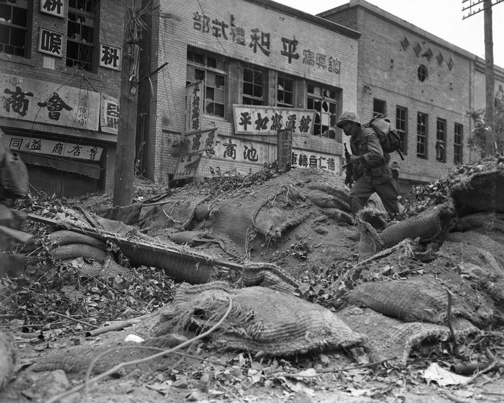 Un soldado estadounidense entre los escombros de un barrio financiero de Seúl, controlado tres meses por los norcoreanos, el 28 de septiembre de 1950 (AP Foto/Max Desfor)