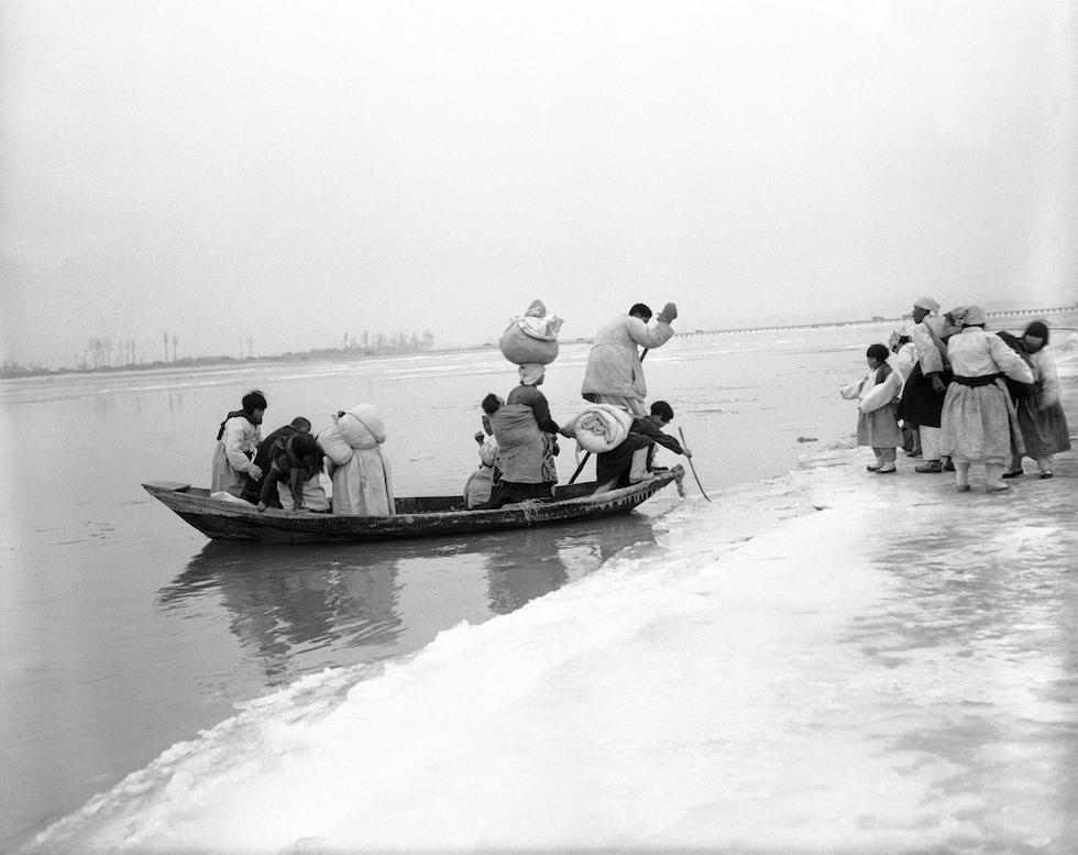 Refugiados norcoreanos cruzan el río Chonghon, cerca de Anju, 3 de diciembre de 1950(AP Foto/Max Desfor)