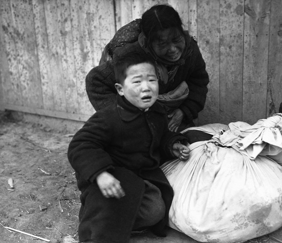 Una mujer coreana y su hijo en Osan, en Corea del Sur, 14 de enero de 1941 (AP Foto/Max Desfor)