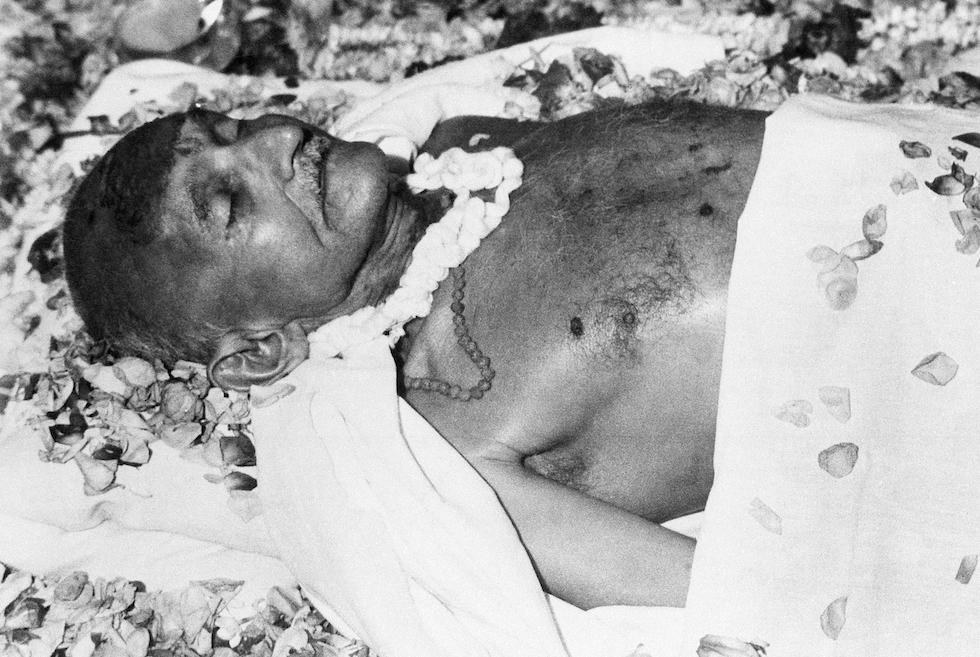 El cuerpo de Gandhi en su casa de Birla en Nueva Delhi, 31 de enero de 1948 (AP Foto/Max Desfor)
