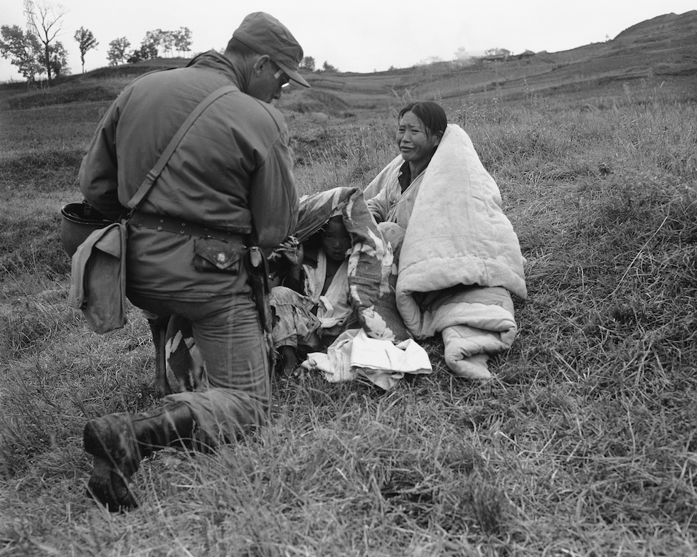 Una mujer de Corea del Norte que escapó de la ofensiva comunista y ayudada por un soldado estadounidense en Sunchon, en Corea del Norte. (AP Foto/Max Desfor)