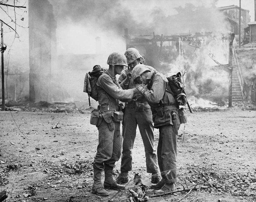 Soldados estadounidenses entre los escombros en Seúl, en septiembre de 1950(AP Foto/Max Desfor)