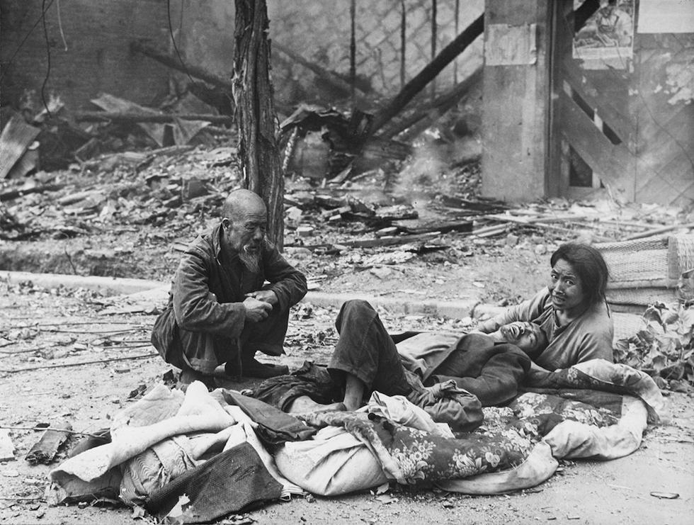 Coreanos en las calles después de combates y bombardeos en Seúl, en septiembre de 1950(AP Foto/Max Desfor)