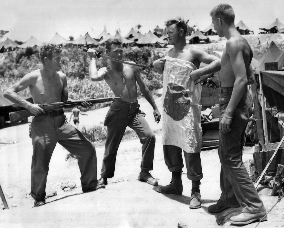 Soldados estadounidenses bromean con la bandera japonesa, el 1 agosto de 1945 (AP Foto/Wartime Still Picture Pool/Max Desfor)