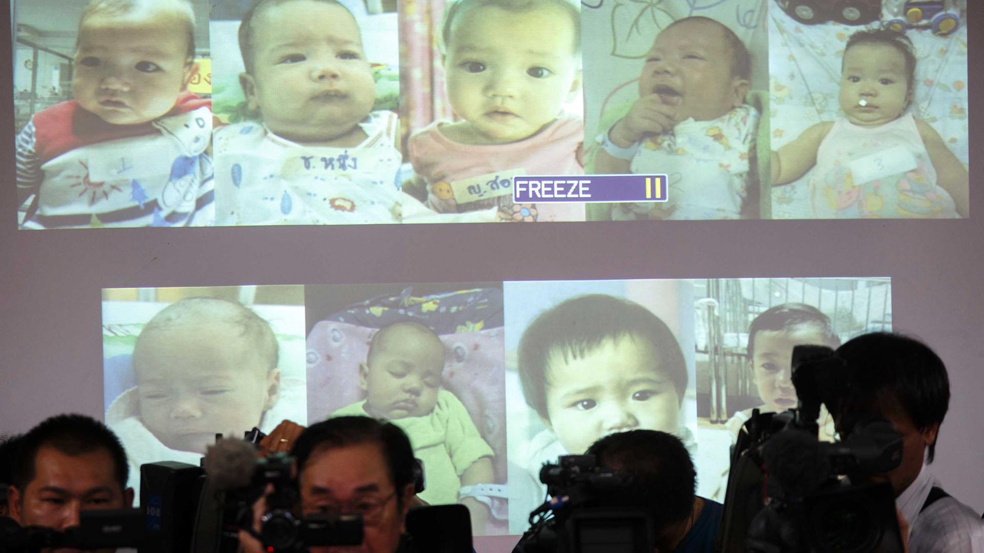 Fotos de los bebéshallados en el 2014, cuando se sospechaba que eran del mismo padre(Reuters)