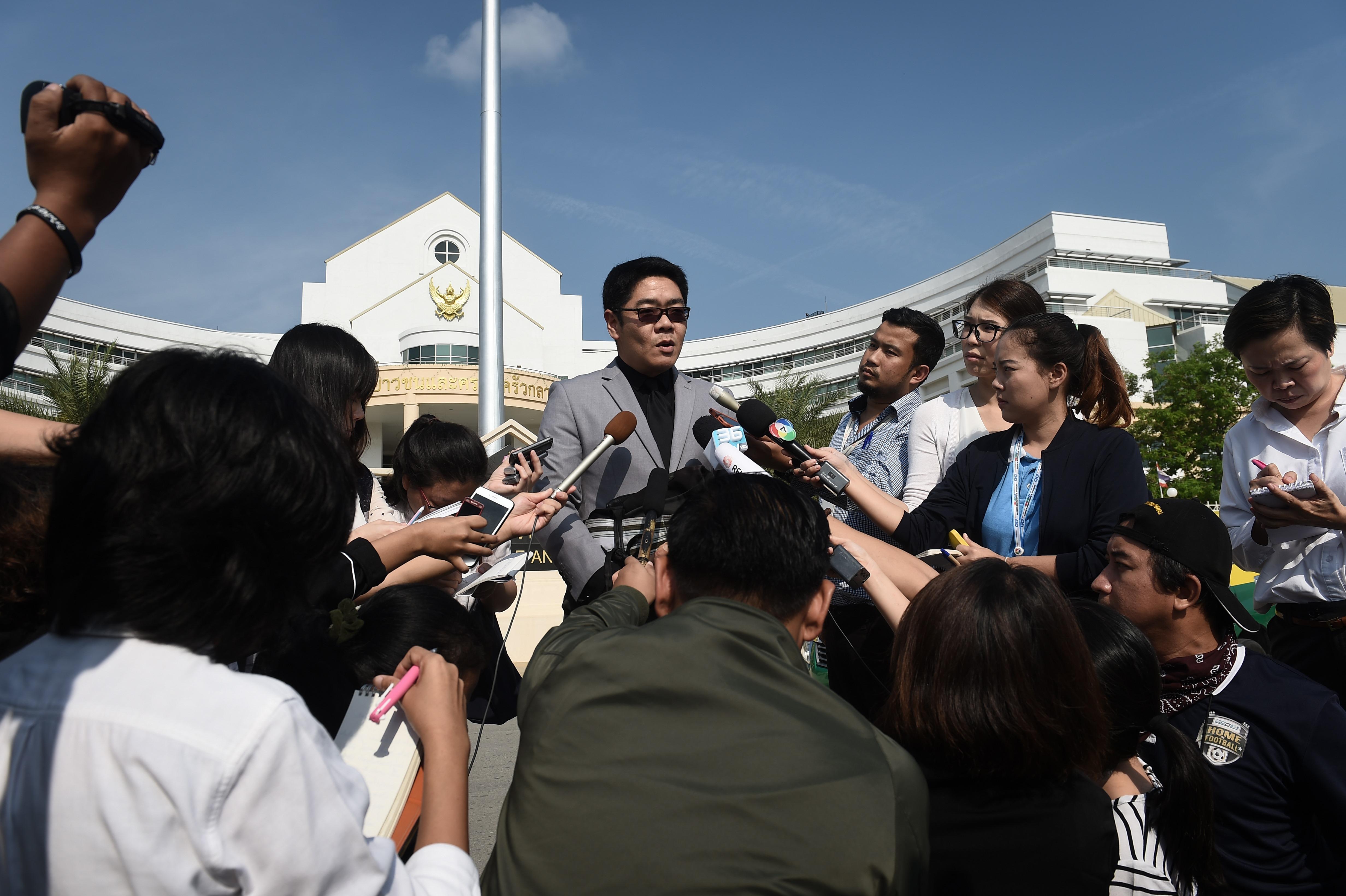 Kong Suriyamontol, abogado de Mitsutoki Shigeta, anuncia ante la prensa que su cliente obtuvo la tenencia de los menores como único custodio (AFP)