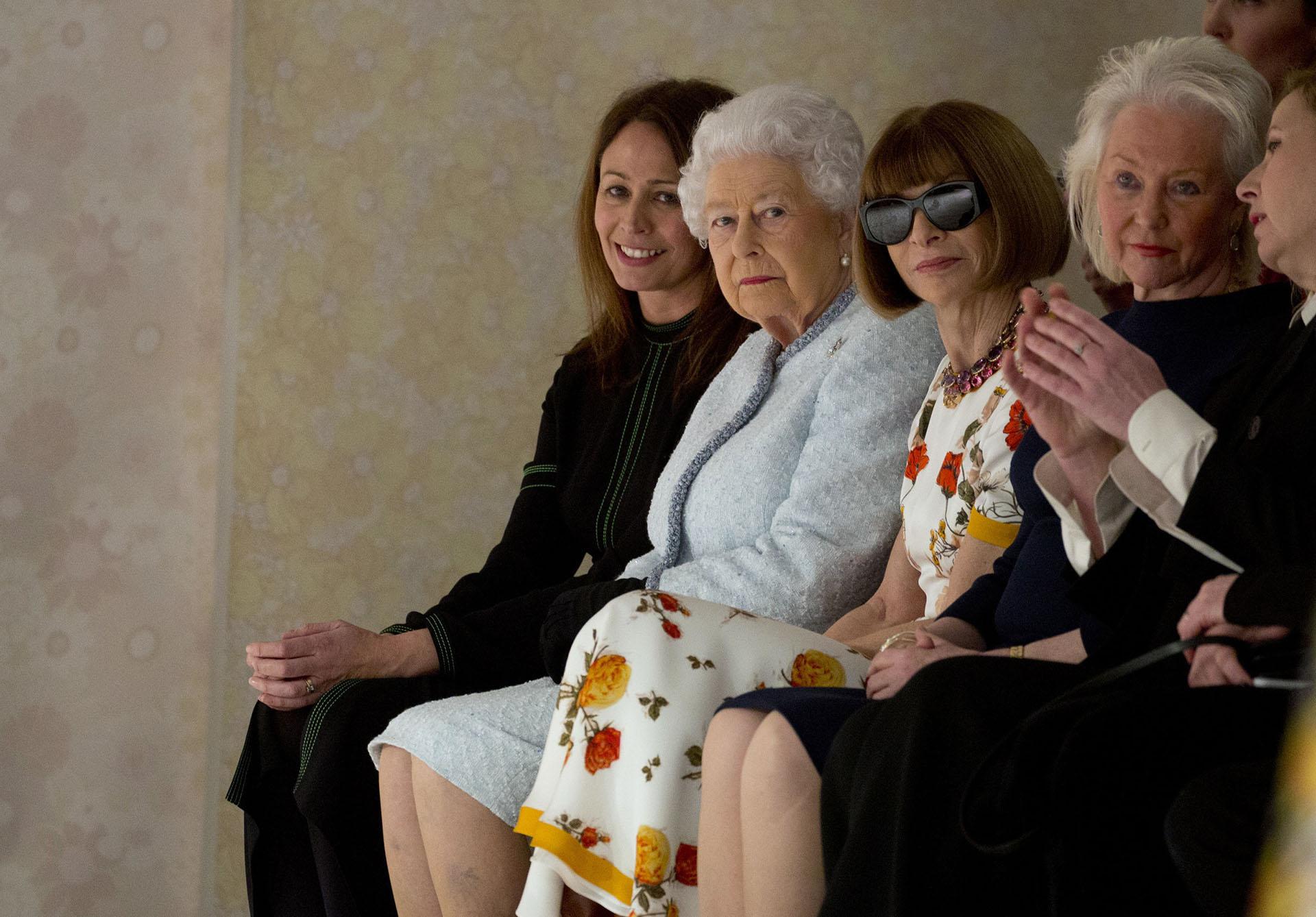 La Reina Isabel II soprendió con su presencia desde la primera fila del fashio show