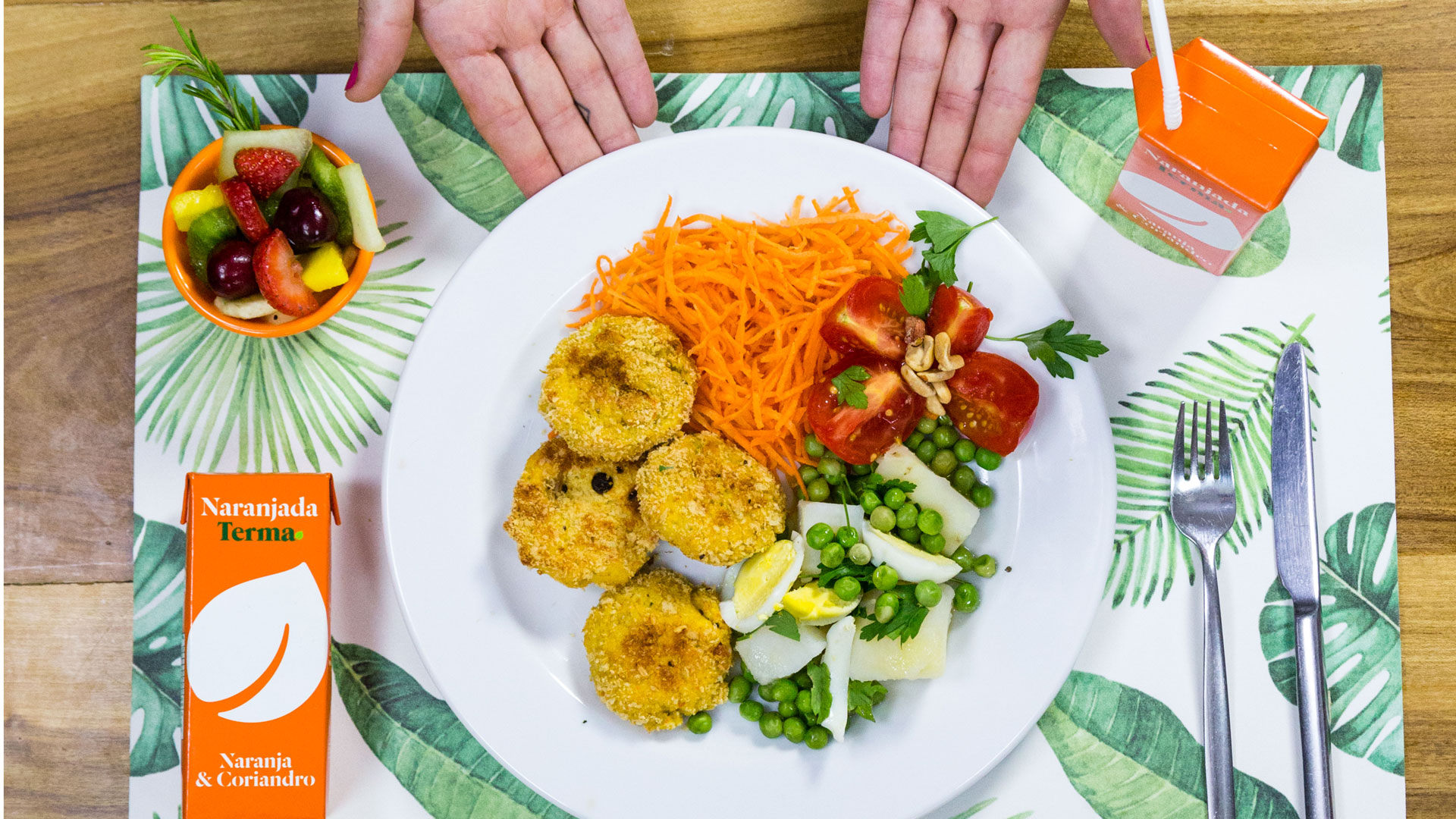 Nuggets de pollo y queso con ensalada. Acompañada por una Terma de naranja y coriandro.