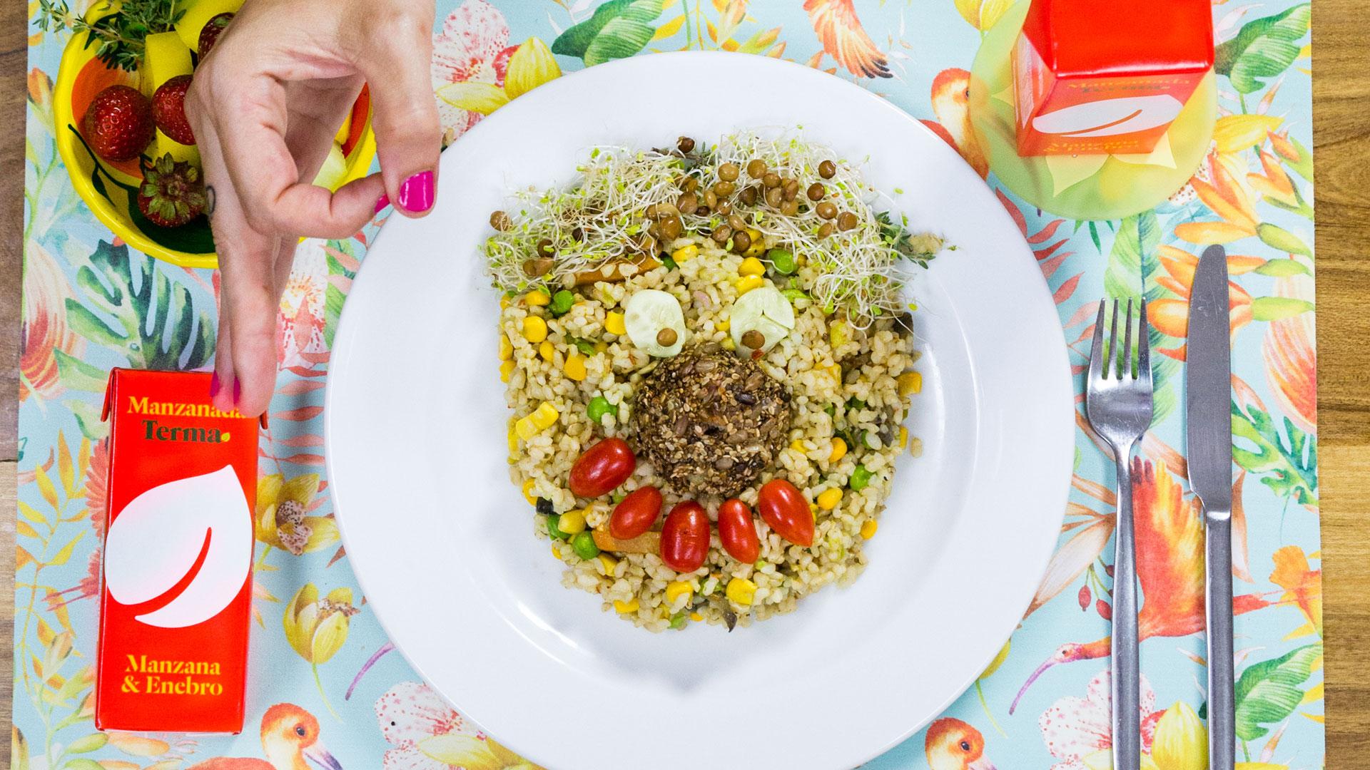 Arvejas, brotes de alfafa y arroz integral para una versión healthy del clásico plato de albóndigas con arroz.