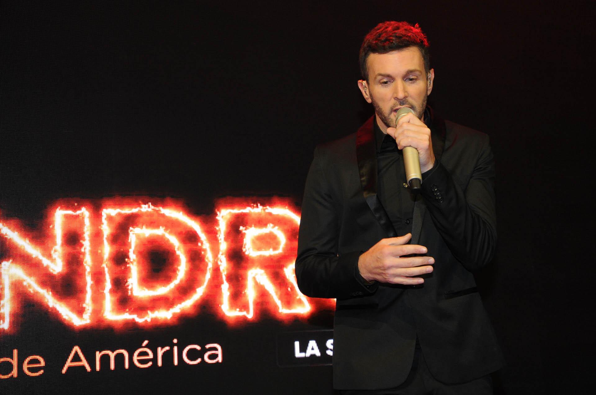 Axel le puso música a la presentación de Sandro de América