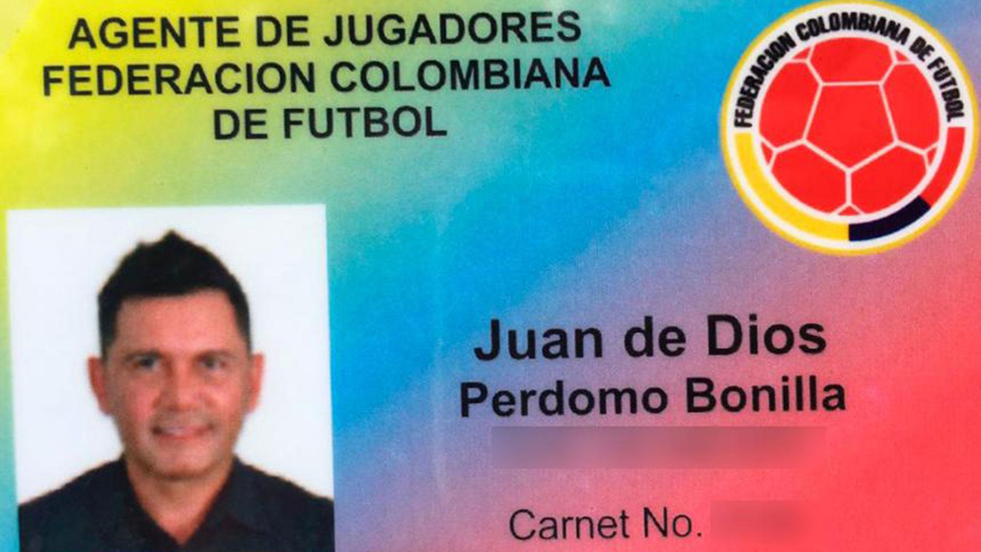 La falsa credencial de la Federación Colombiana de Fútbol que llevaba en su ropa