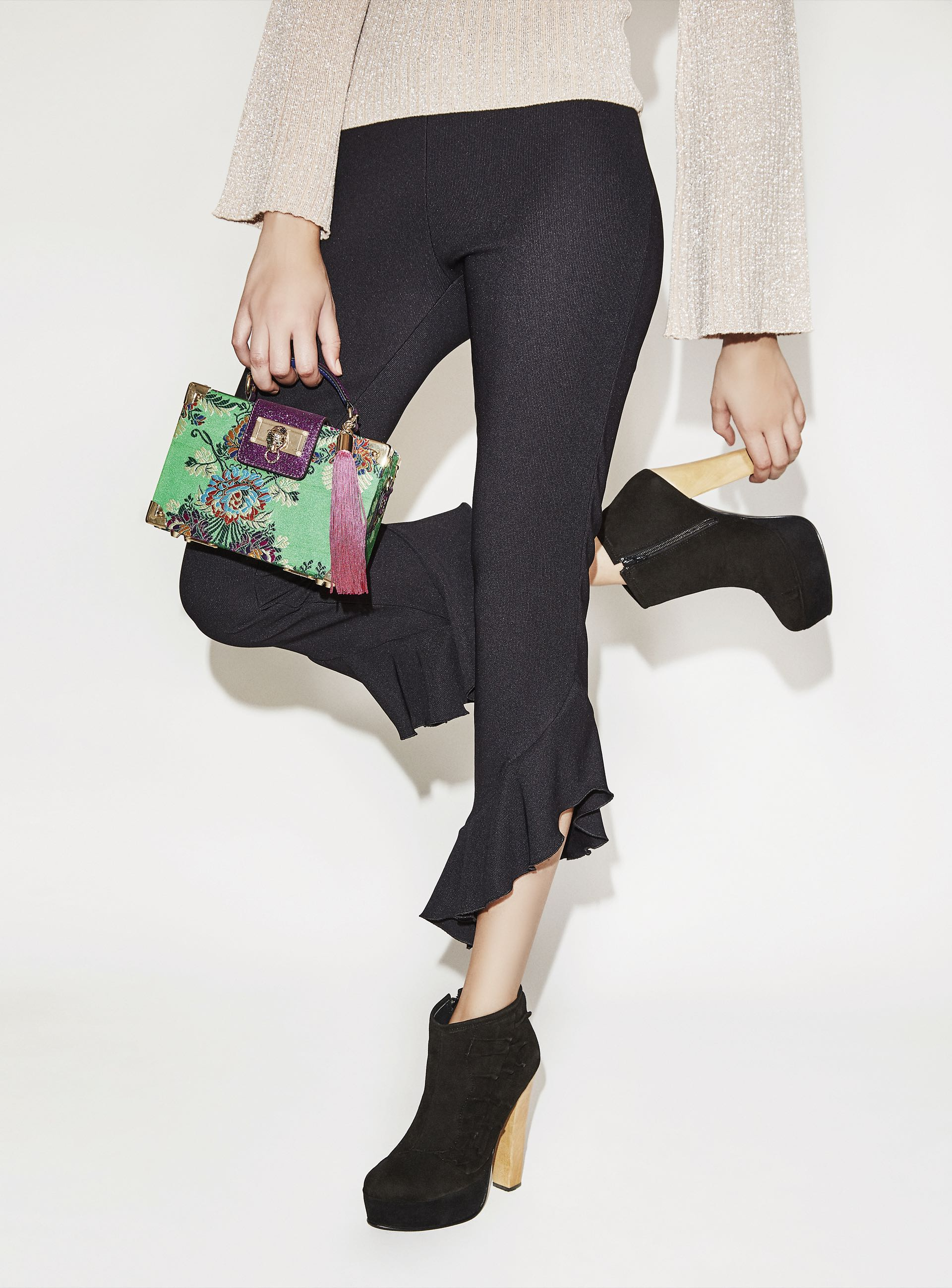 Alto vuelo. Botineta de gamuza con volados ($ 5.990, The Bag Belt), pantalón irregular con volados($ 2.400, Vitamina) y suéter de lúrex ($ 1.699, Yagmour). (Fotos: Chino Toccalino/ Para Ti)