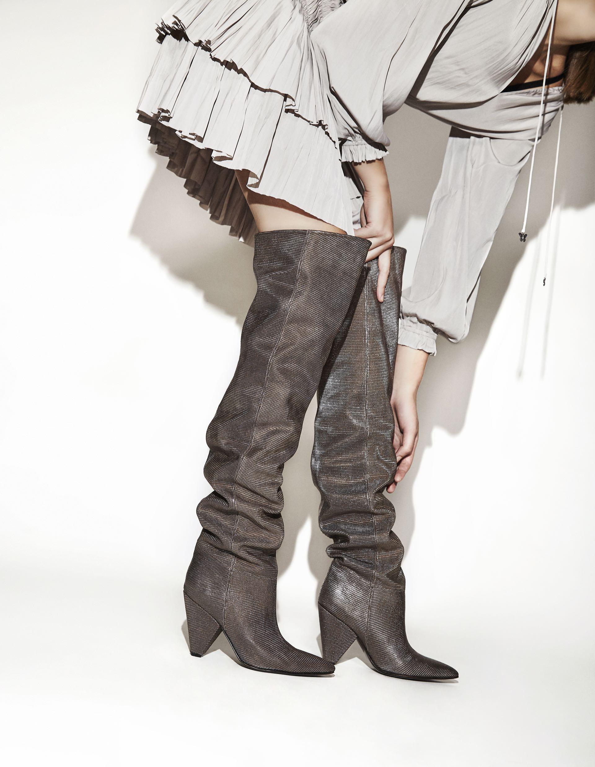 METAL NIGHT.Bucanera metalizada ($ 8.500, Saverio Di Ricci) y vestido plisado ($ 4.600, Rapsodia). (Fotos: Chino Toccalino/ Para Ti)