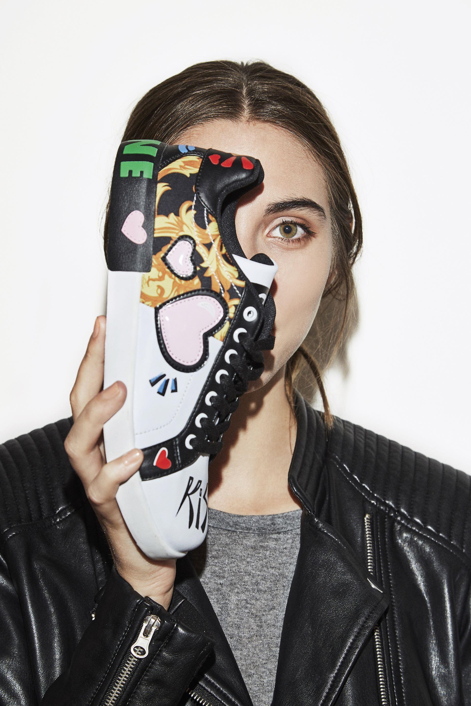 Grafiti urbano. Zapatillas estampadas ($ 1.625, Citadina), campera símilcuero ($ 1.899, Yagmour) y remera de algodón. (Fotos: Chino Toccalino/ Para Ti)