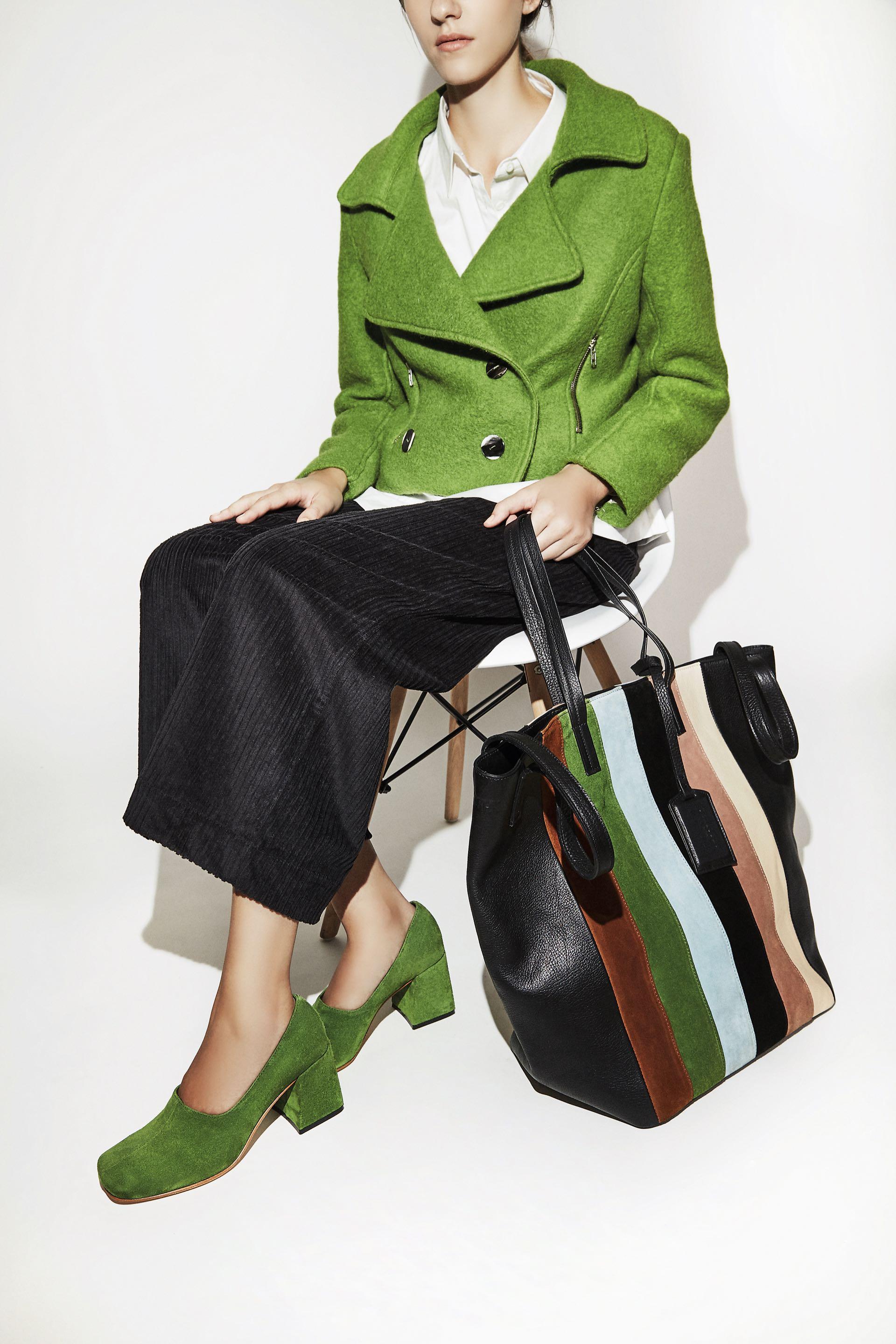 Onda retro. Zapatos de gamuza con taco cuadrado, pantalón de corderoy, camisa, chaqueta de paño y bolsode cuero rayado ($ 8.680, $ 2.980, $ 2.640, $ 4.820 y $ 6.540, Mishka). (Fotos: Chino Toccalino/ Para Ti)