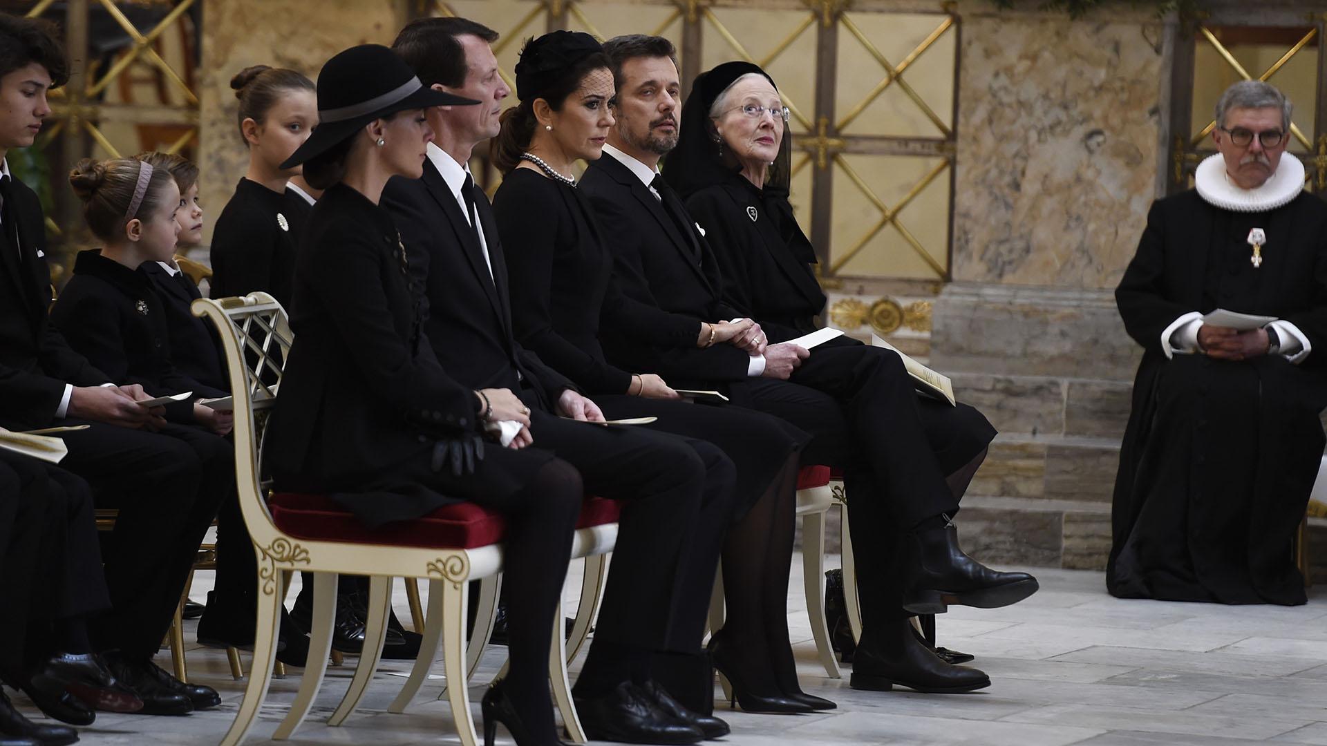 La reina Margarita junto a sus hijos y sus esposas durante el servicio religioso privado, que a pesar de ser extremadamente íntimo, que fue televisado