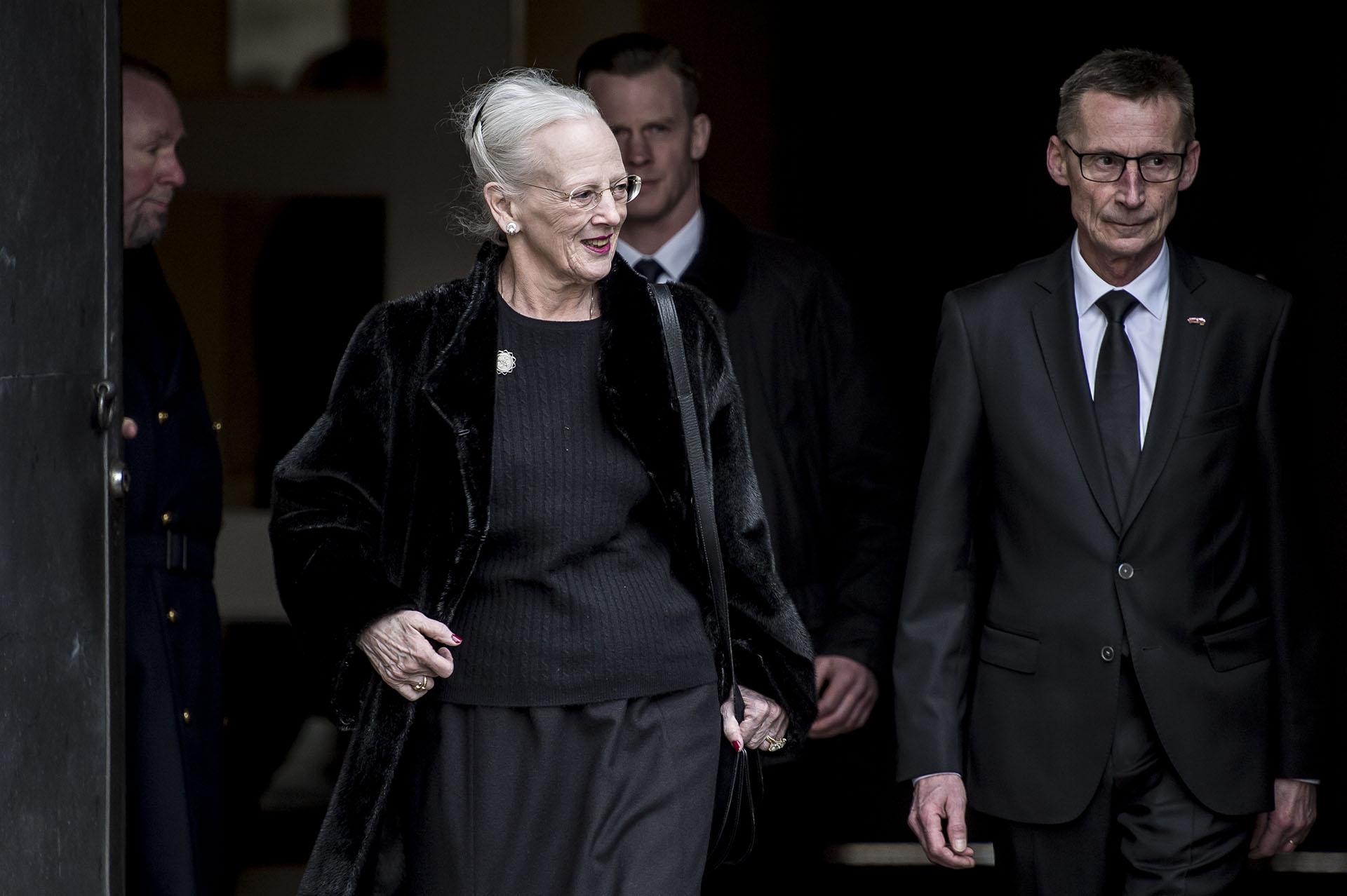 La reina Margarita de Dinamarca a la salida del servicio religioso. Su marido falleció en el castillo de Fredensborg. Estuvieron casados desde 1967
