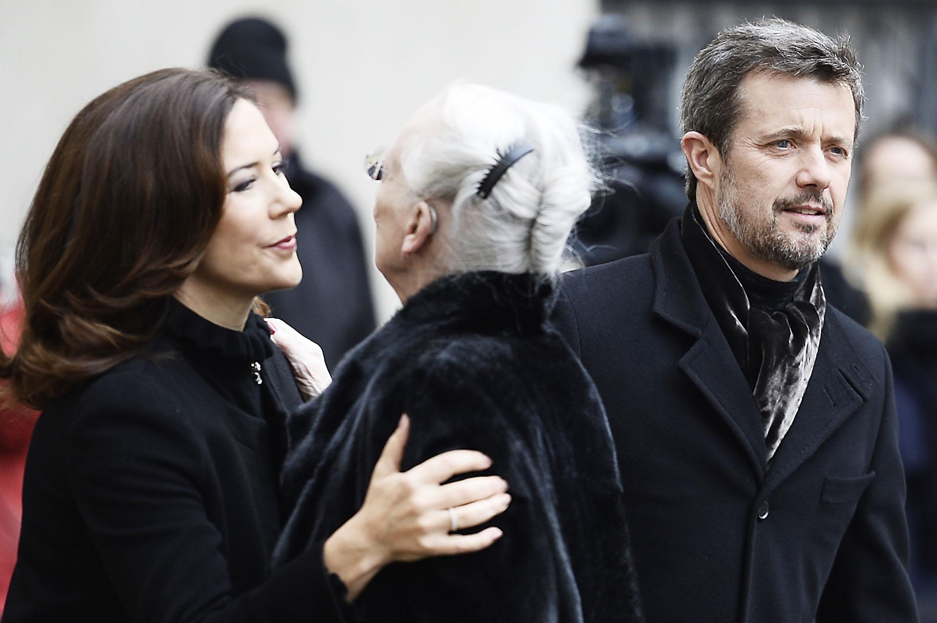 El dolor de la reina Margarita II de Dinamarca al saludar a su hijo y su mujer durante la ceremonia /// Fotos: AFP