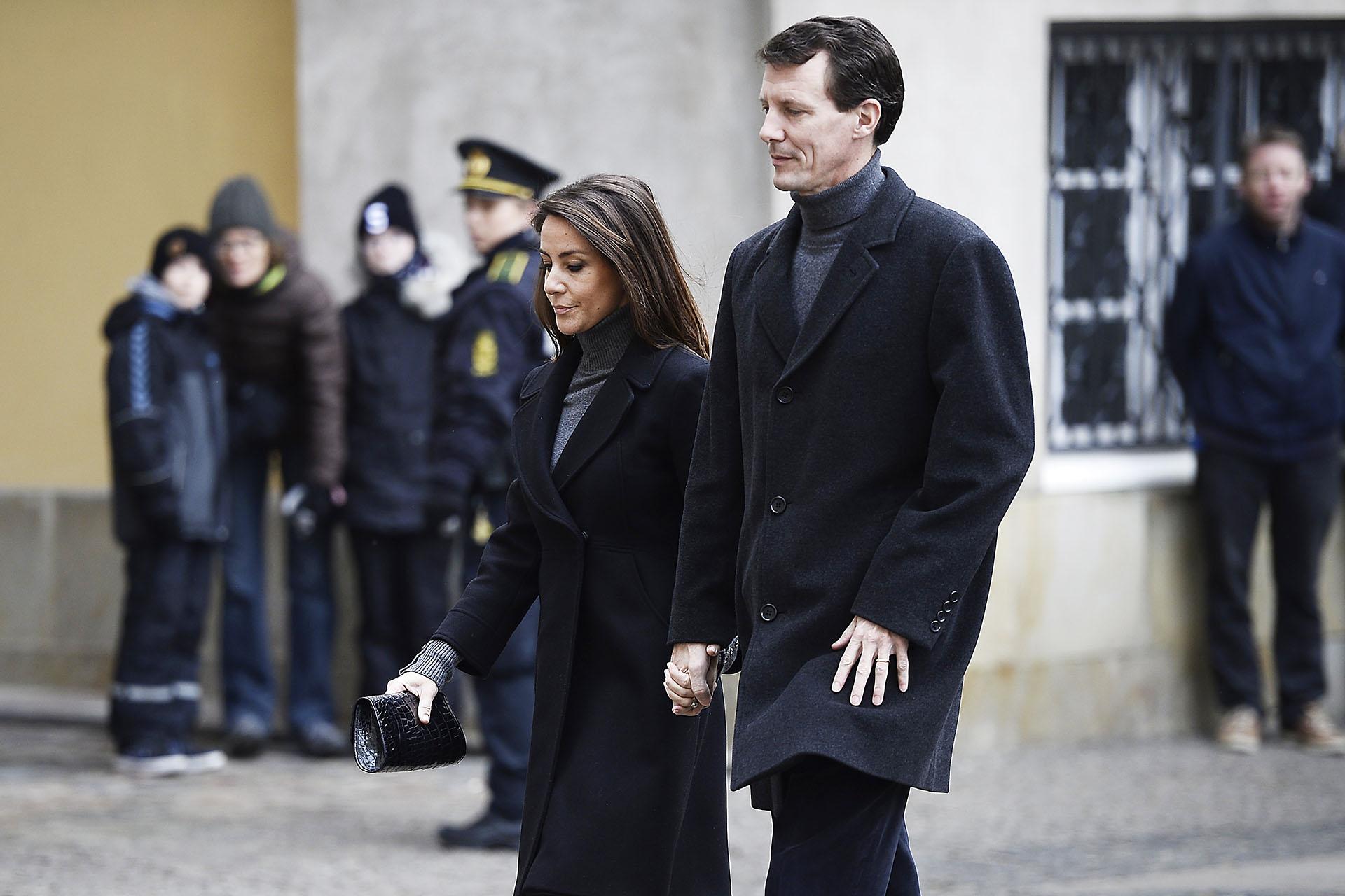 El príncipe Joaquín arribó en compañía de su mujer. Durante varios días, los daneses hicieron largas filas para despedir en silencio y con gran tristeza al príncipe Enrik