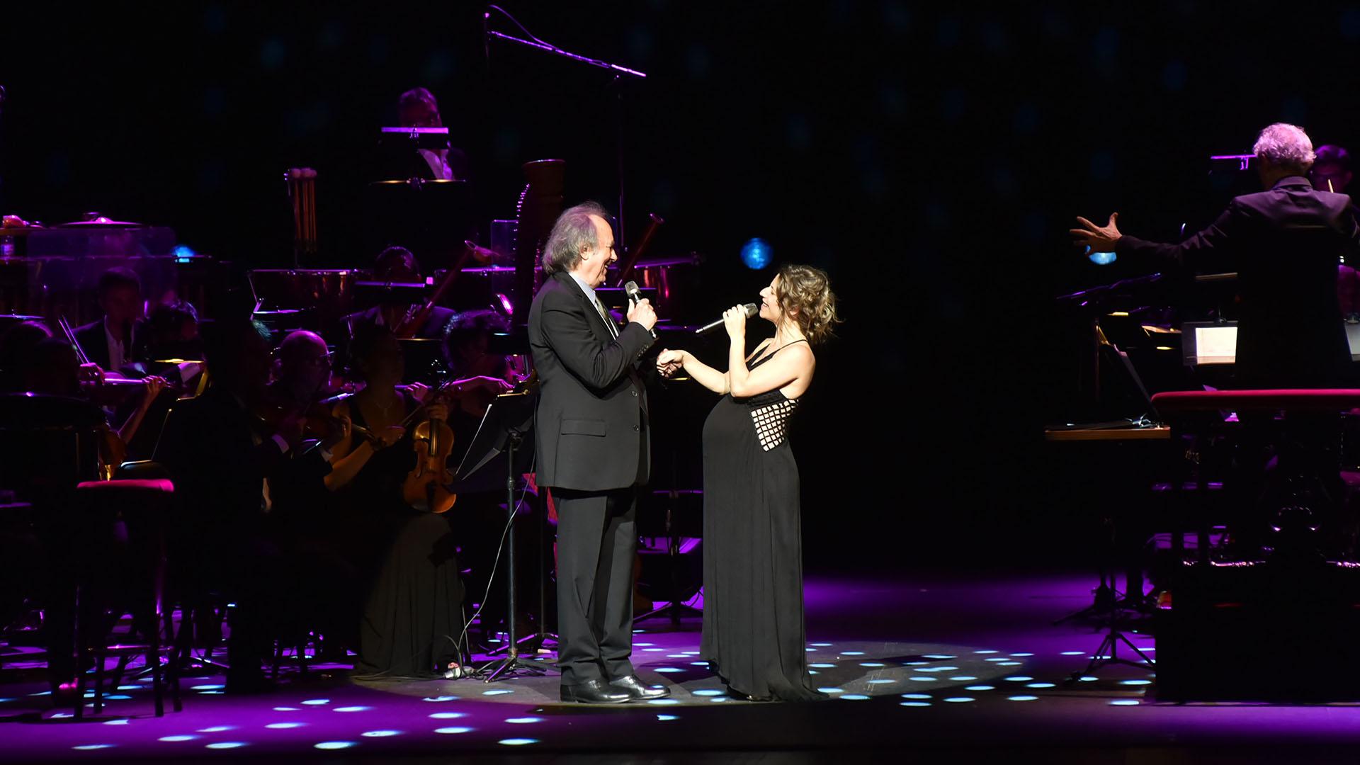 En un nuevo recital en el Teatro Colón, Joan Manuel Serrat recibió en el escenario a Elena Roger, quien está embarazada de su segundo hijo (Fotos: Teleshow)