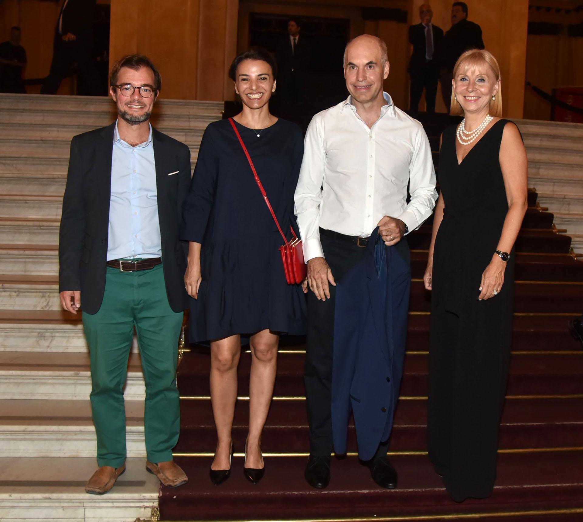 El jefe de Gobierno porteño, Horacio Rodríguez Larreta, y su esposa, Bárbara Diez, con el ministro de Cultura, Enrique Avogadro, y María Victoria Alcaraz