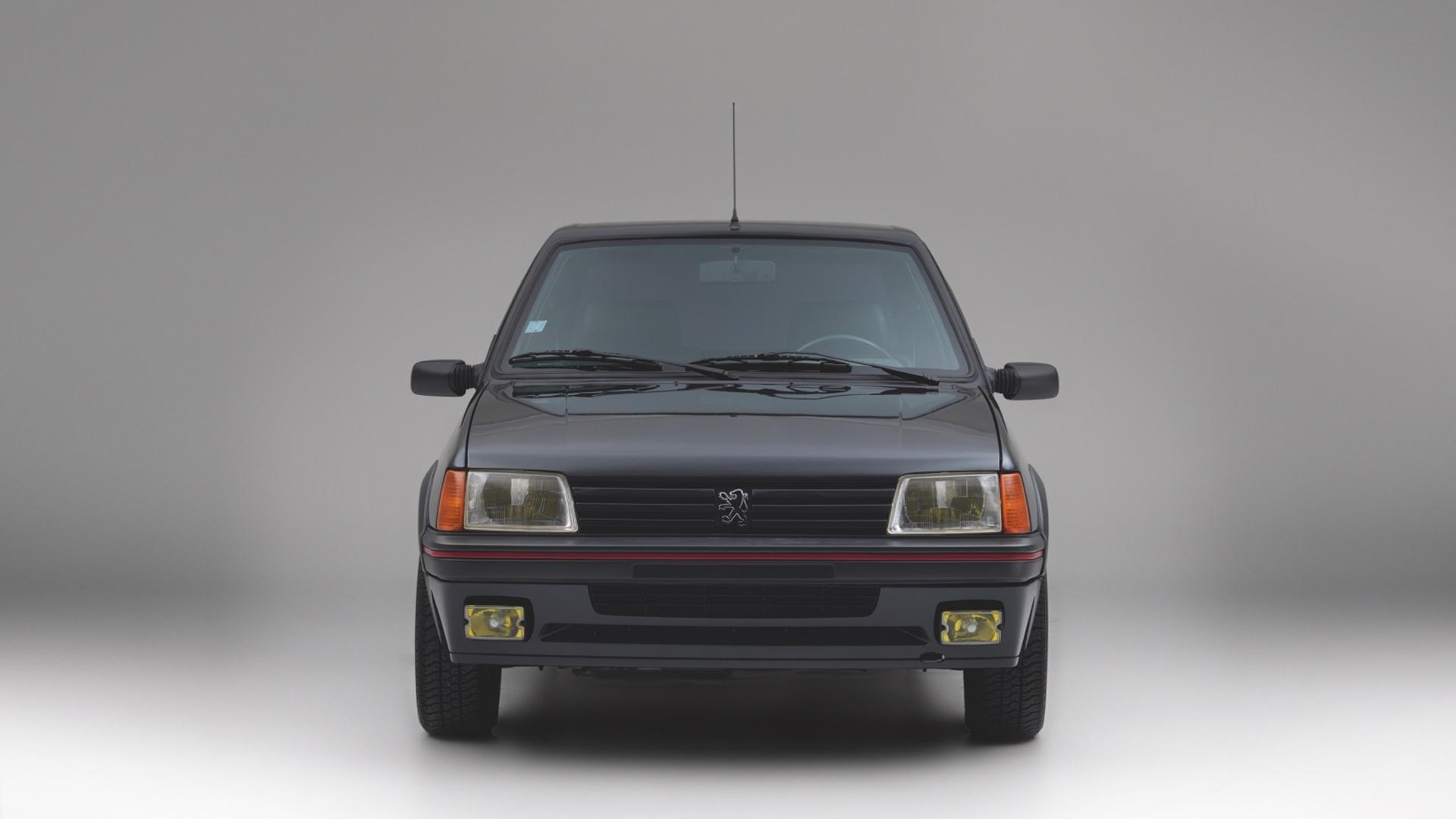 El Peugeot 205 GTI del dueño de la moda subió de peso 400 kilos luego de blindarlo