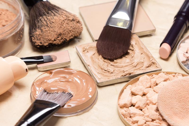 Como primer paso, se coloca el corrector y luego un polvo volátil para unificarlo a la piel (Getty Images)