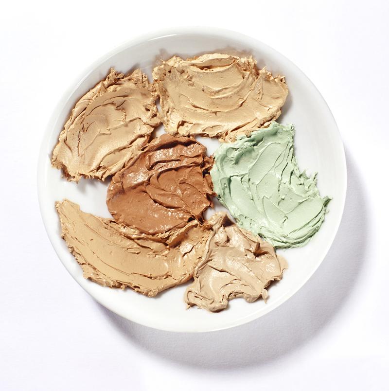 El corrector verde ayuda a neutralizar el colorado o rojizo que las manchas de acné causan (Getty Images)